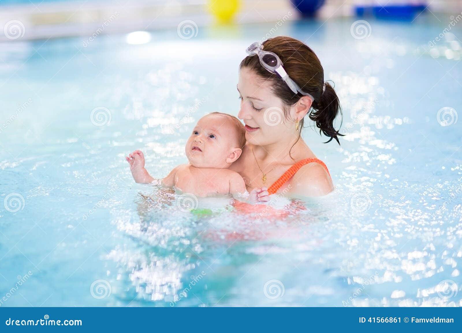 Primeira vez do bebê pequeno em uma piscina