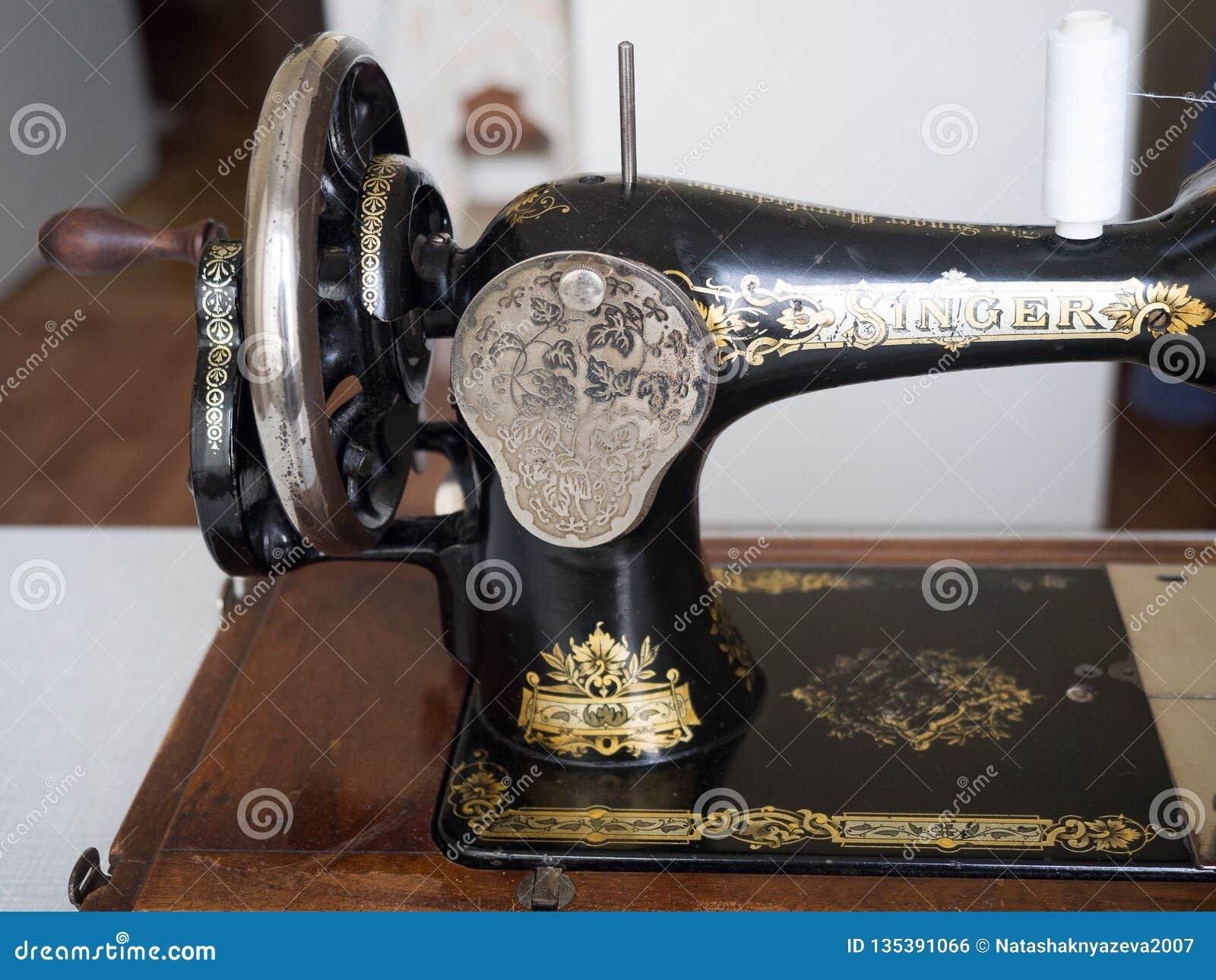 Primeiramente - máquina de costura do CANTOR da mão, fim acima, vista lateral, foco seletivo
