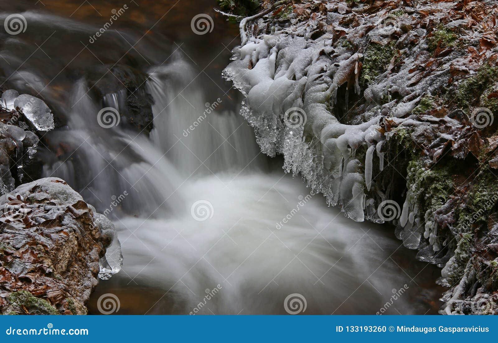 Primeiramente o tempo realmente frio congela a água da angra