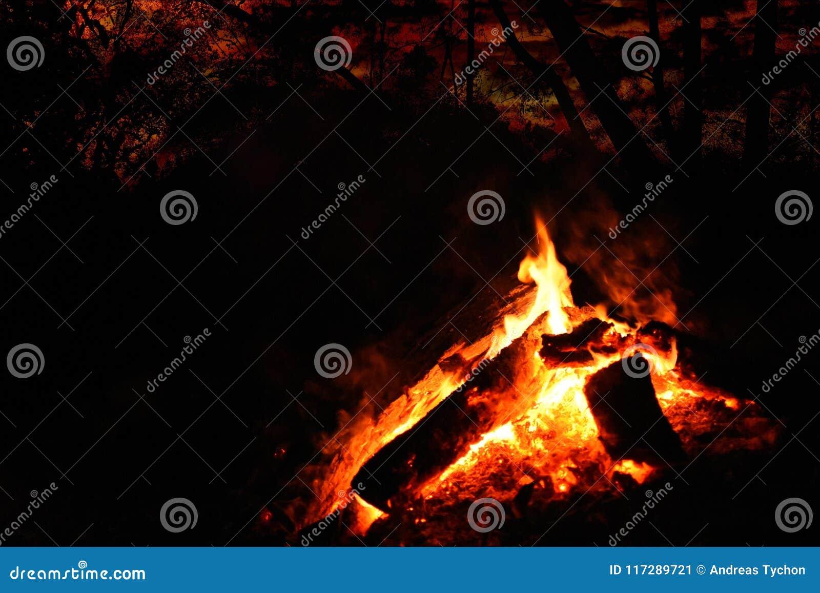 Primeiro plano da fogueira sob um céu noturno vermelho