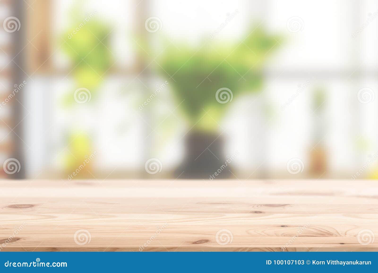Primeiro plano de madeira com a planta verde interior do borrão