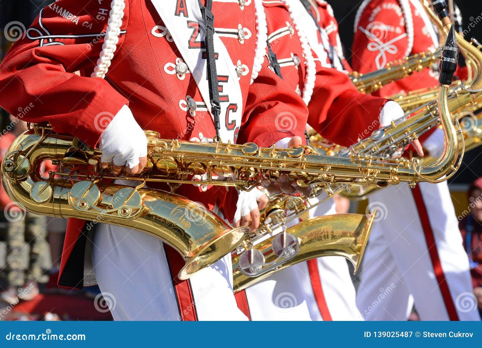 Primer azteca de la banda de saxofones en Dragon Parade de oro, celebrando el Año Nuevo chino
