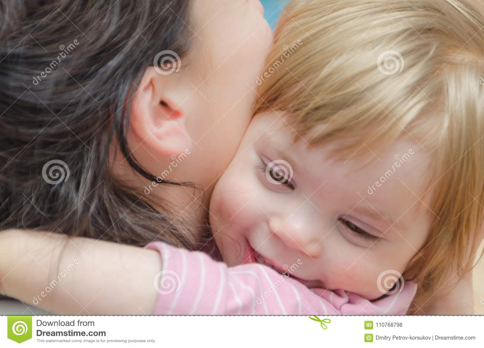 Primer, bebé que abraza con la mamá