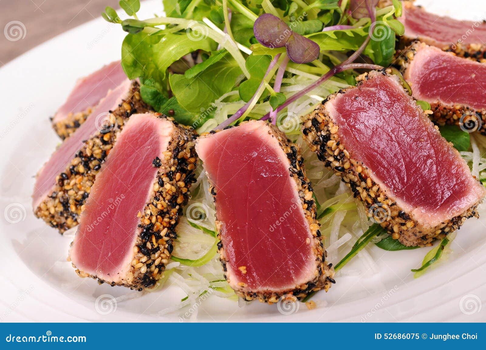 Primer chamuscado de la ensalada de atún