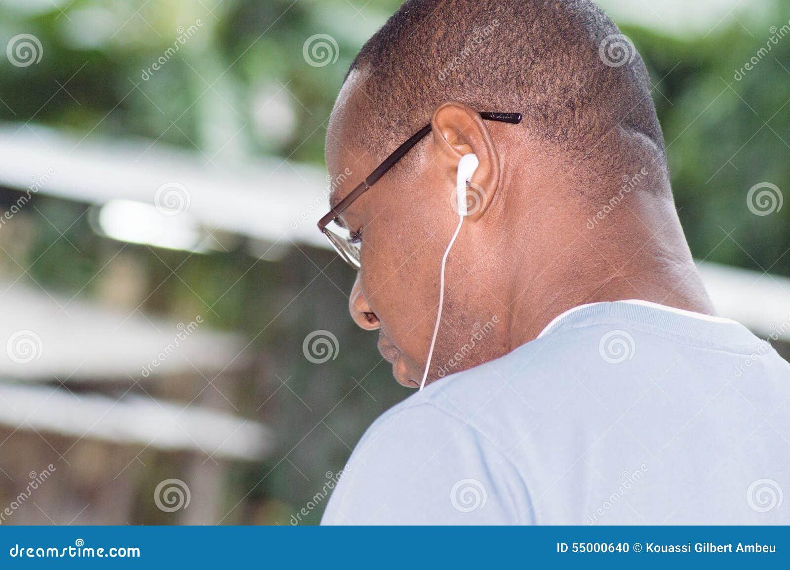 Primer de la cabeza de un hombre joven con auriculares