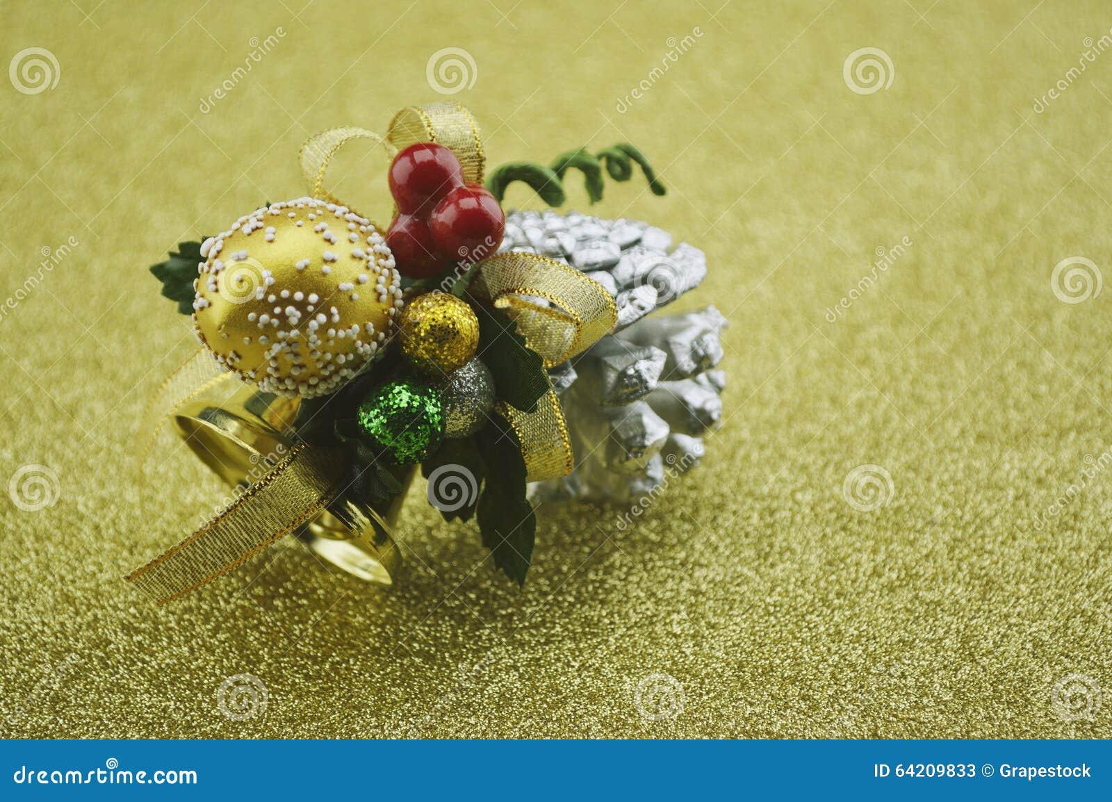 Primer de la campana de la Navidad del oro en fondo de oro de la falta de definición