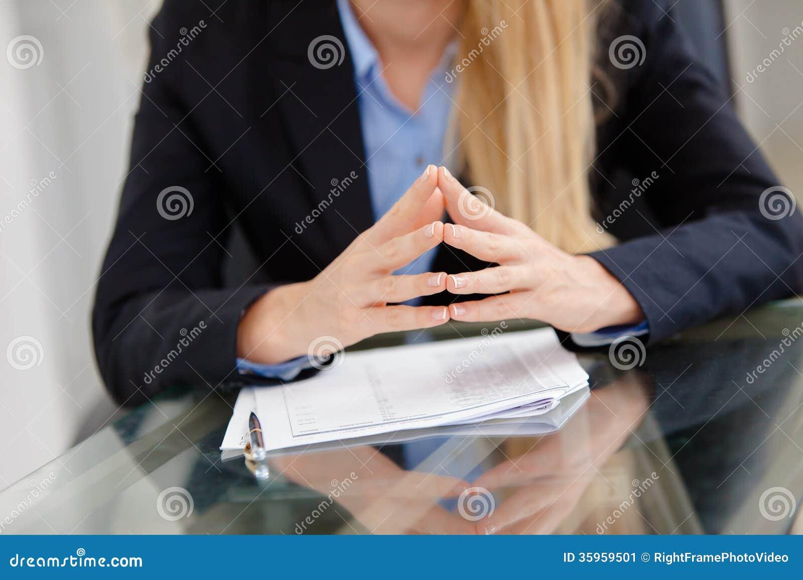 Primer de la empresaria de trabajo en el escritorio