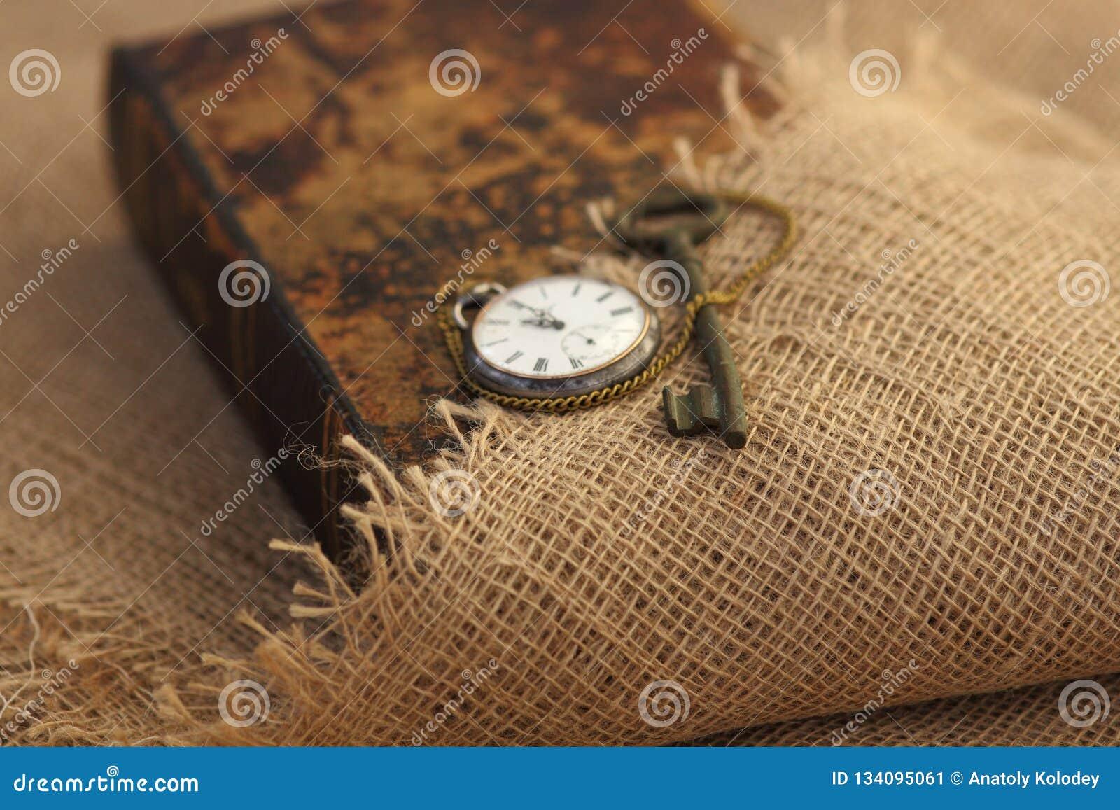 Primer de la llave antigua en folio viejo estilo de la sepia Concepto secreto de los estudios Concepto histórico de los estudios