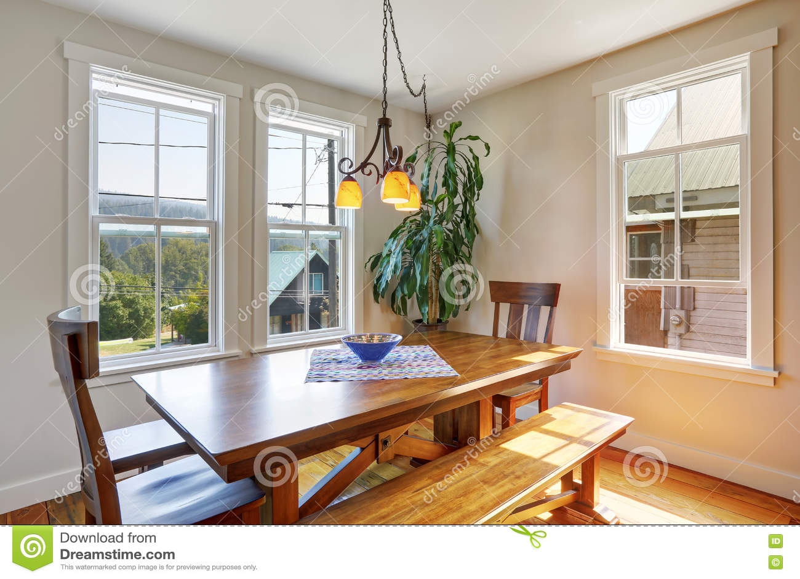 Primer de la mesa de comedor de madera con dos sillas y bancos foto de archivo imagen 76433055 for Mesas y sillas de comedor de madera