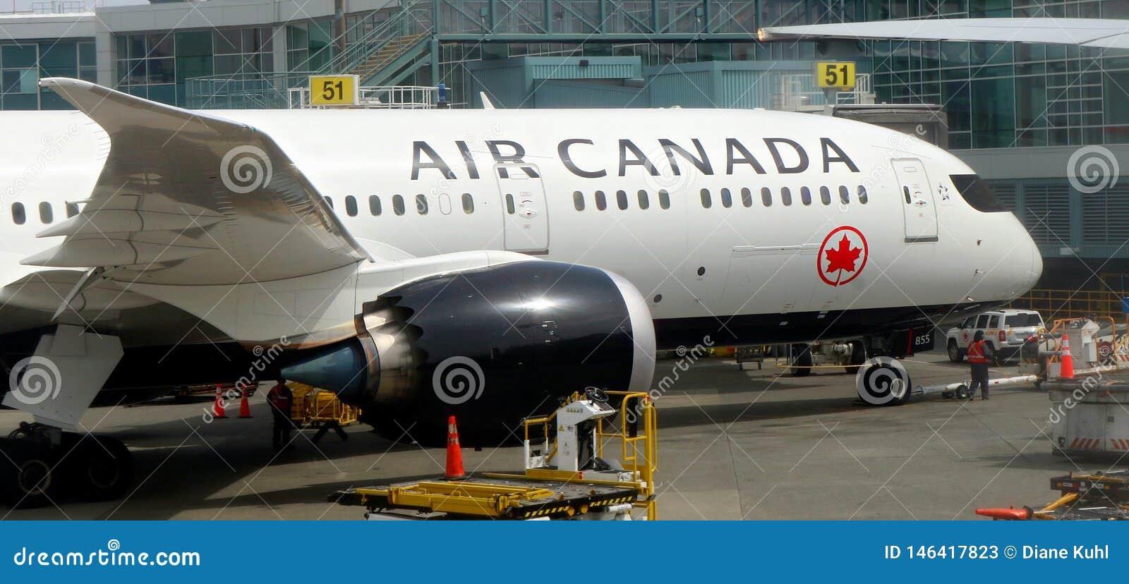 Primer de la mitad delantera del avión de Air Canada atracada en el terminal en Vancouver