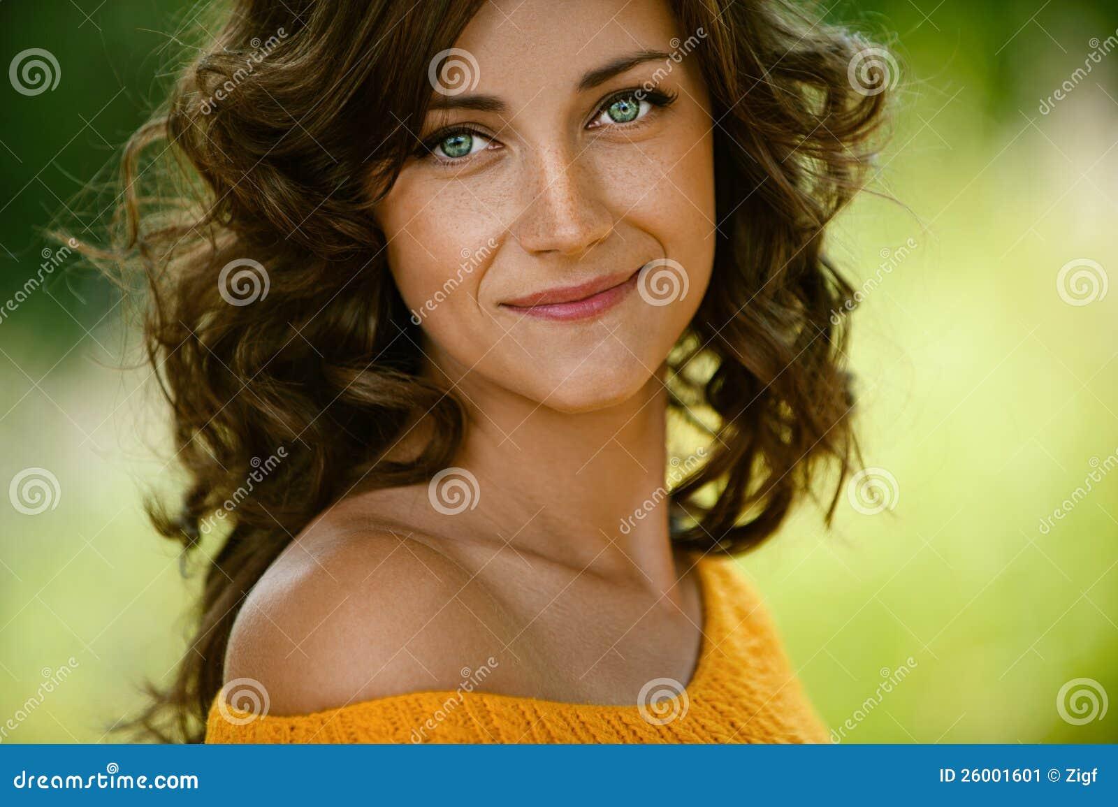 Primer de la mujer en suéter anaranjado