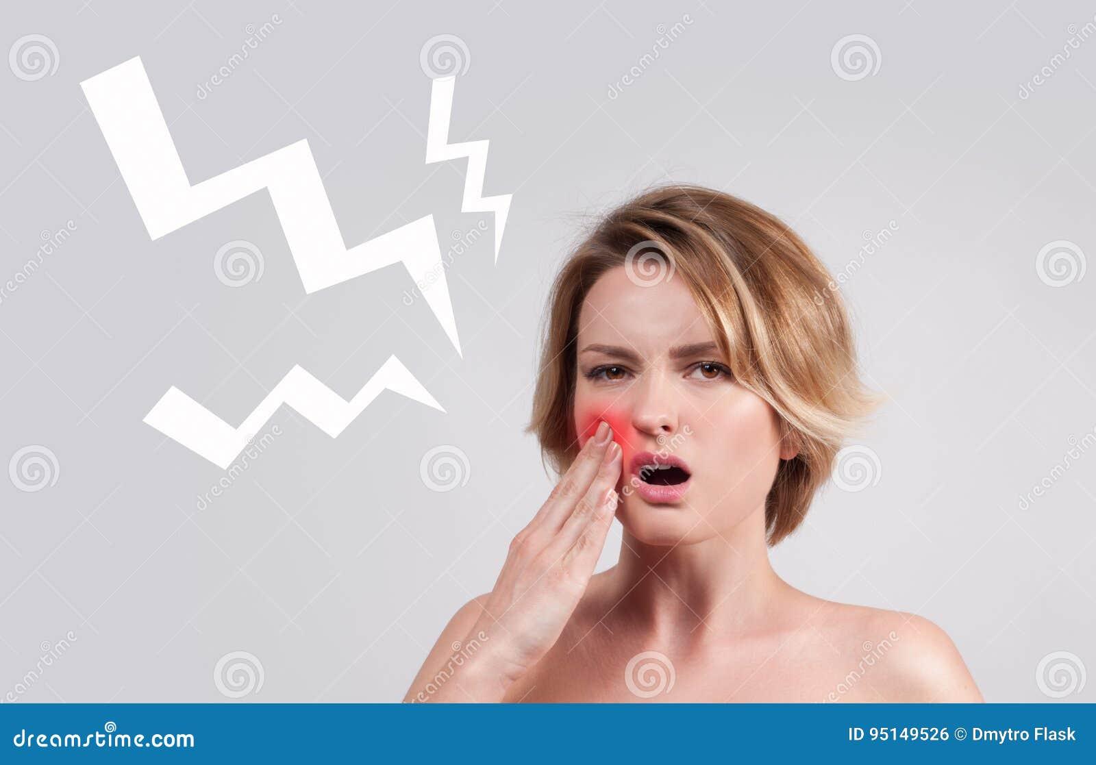 Primer de la mujer que sufre de dolor de muelas