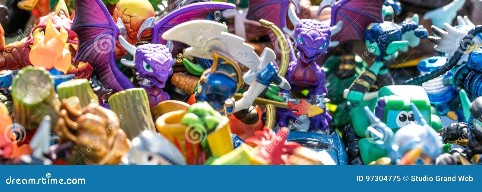 Primer de la pila de caracteres plásticos para la basura o el consumo
