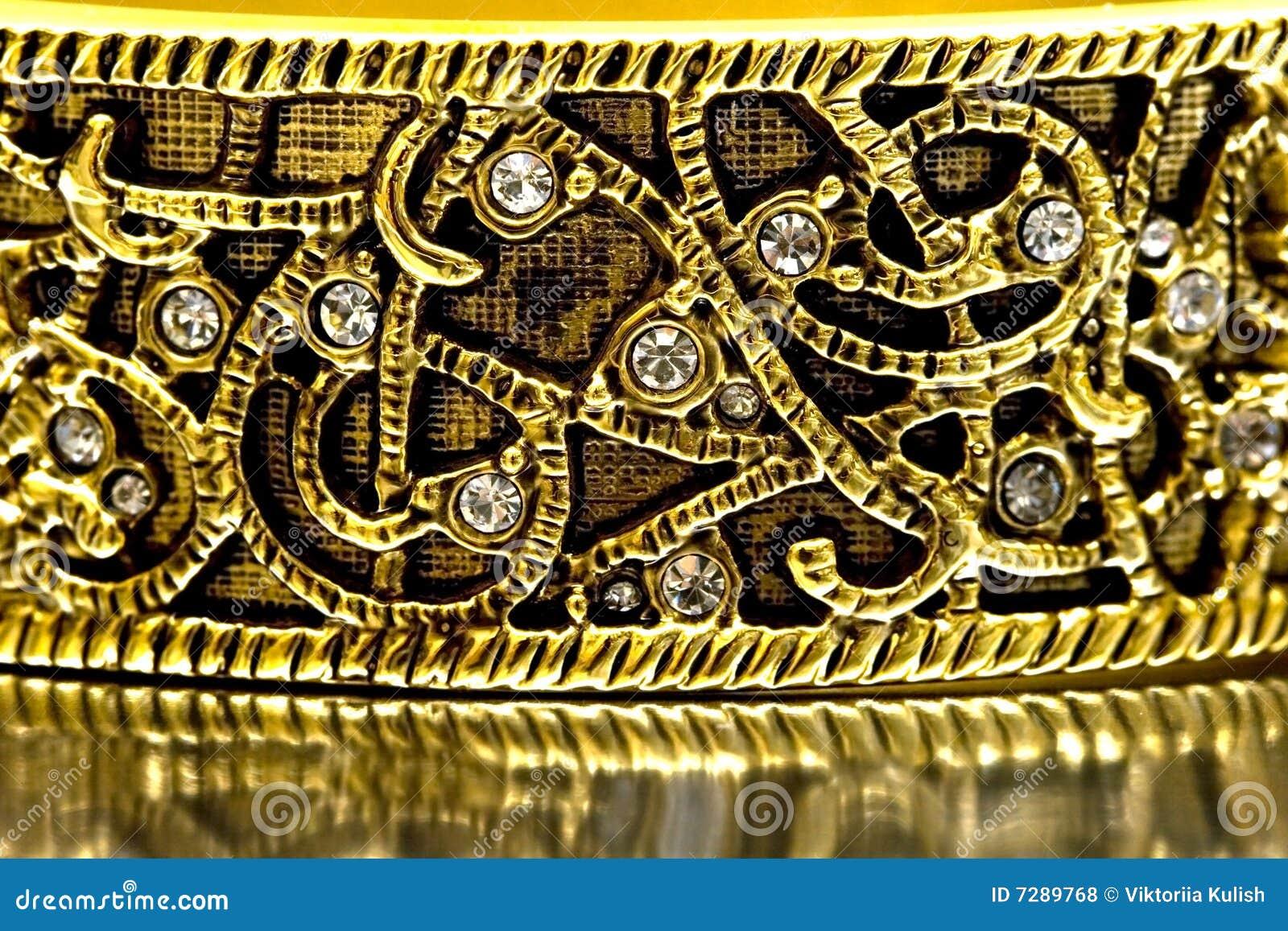 Primer de la pulsera del oro