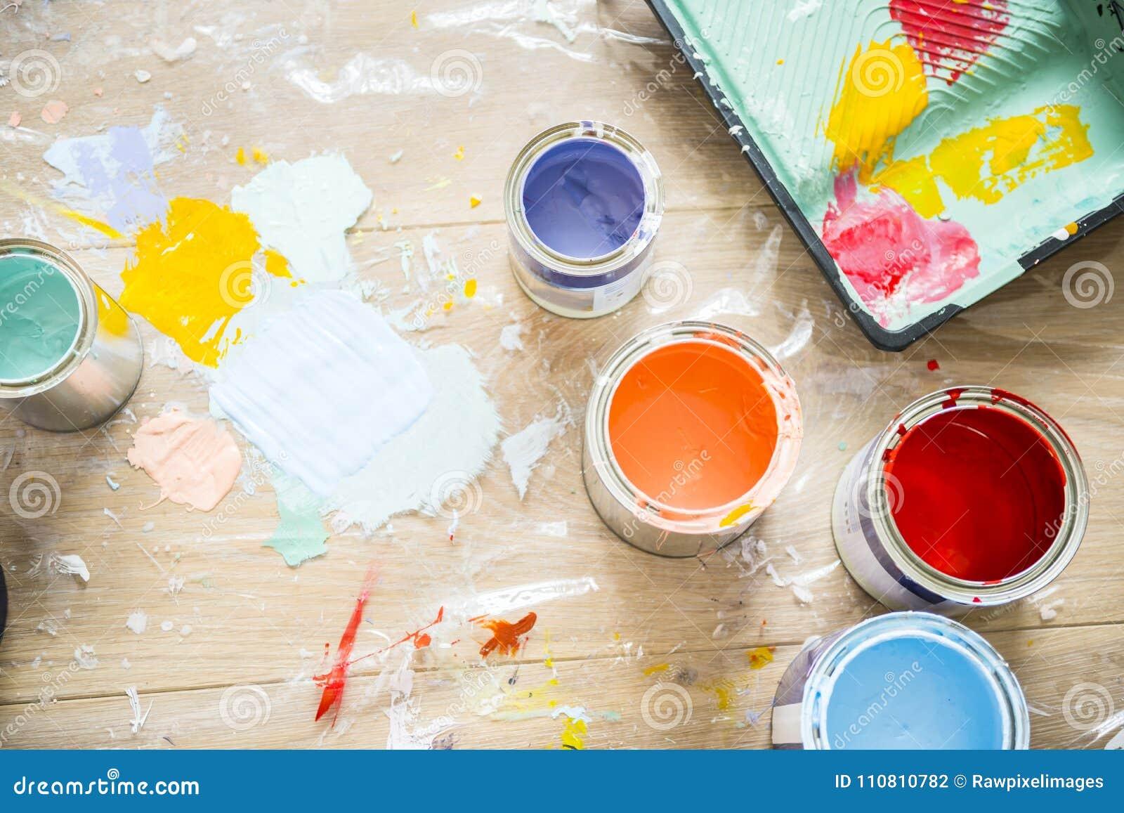 Primer de la renovación de la pintura de casa