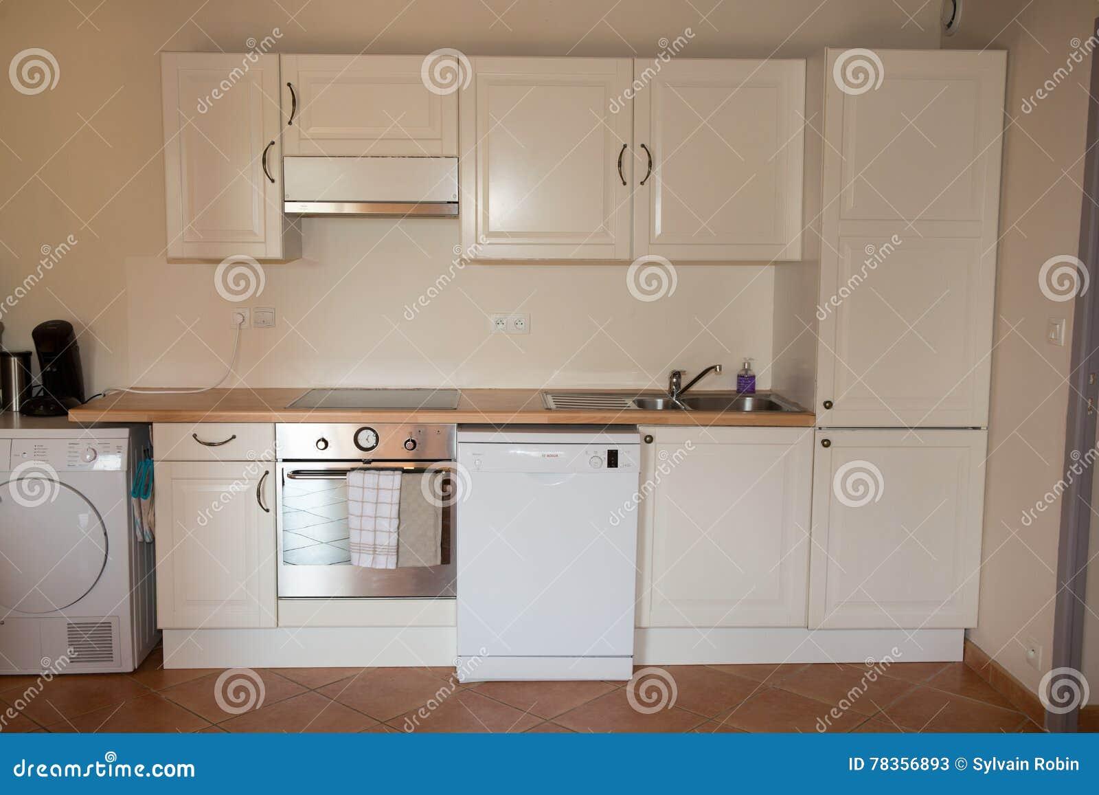 Primer de la unidad blanca de la cocina en interior moderno