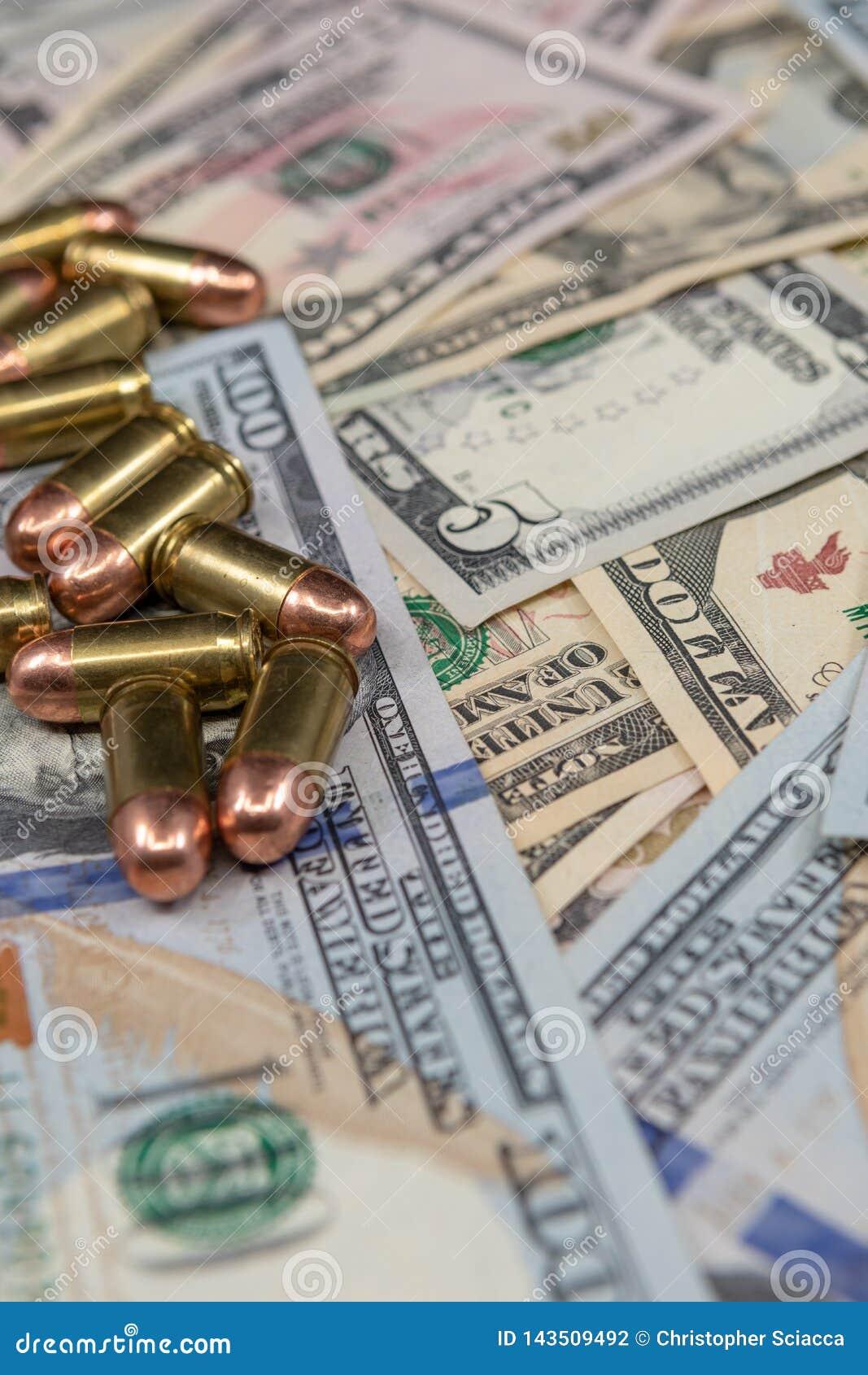 Primer de las balas en una pila de moneda de Estados Unidos