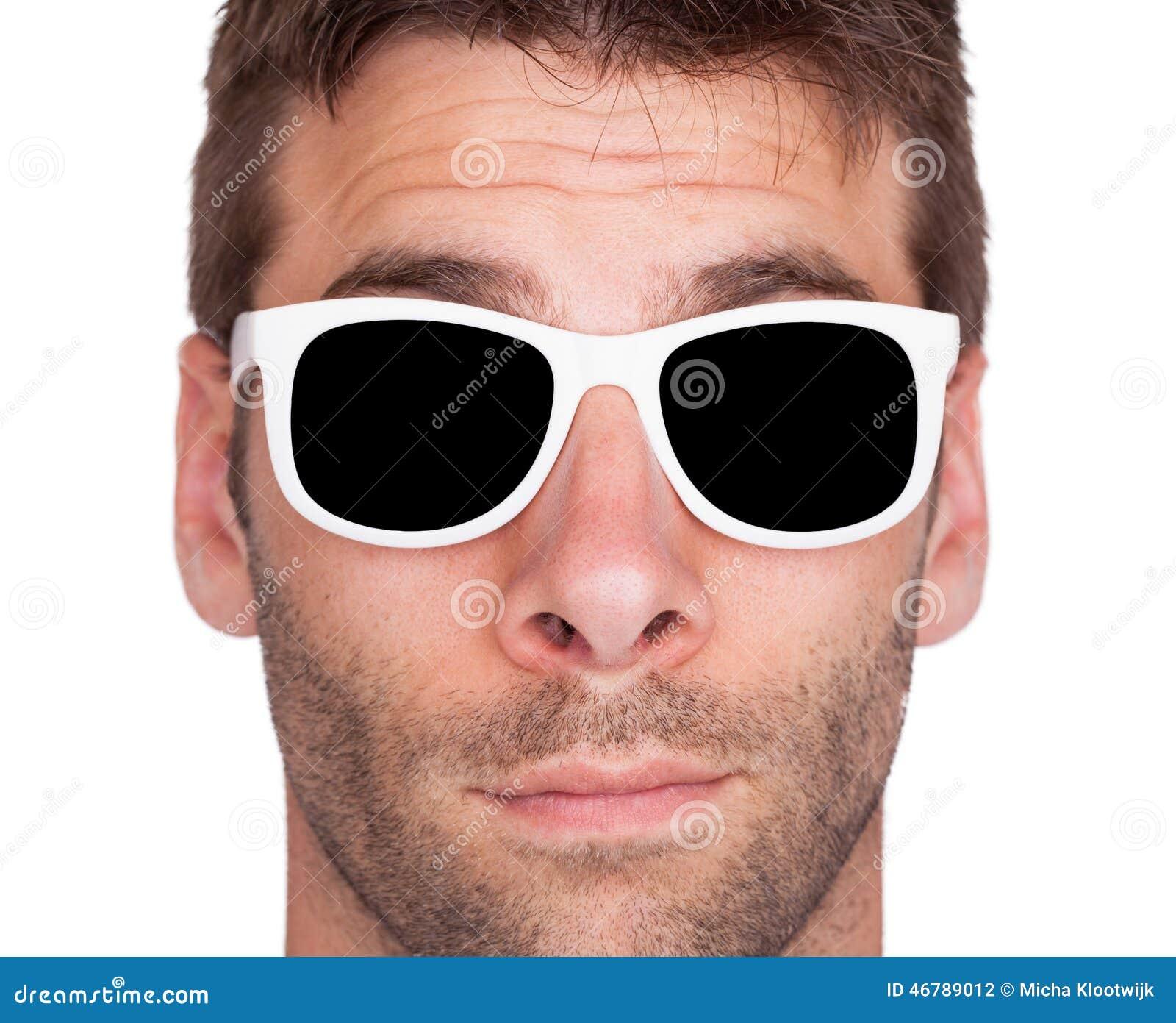 a6e8c88ea Primer De Las Gafas De Sol Blancas Que Llevan De Un Hombre Foto de ...