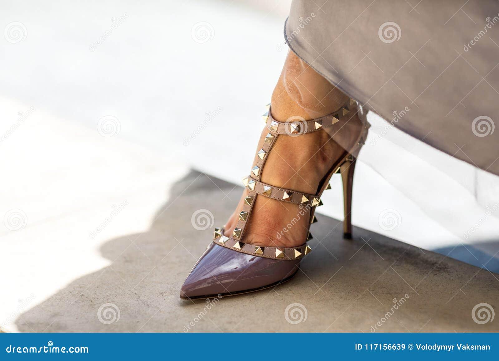 dcef7889c6ee3 Primer de las piernas del ` s de la mujer joven en zapatos de tacón alto