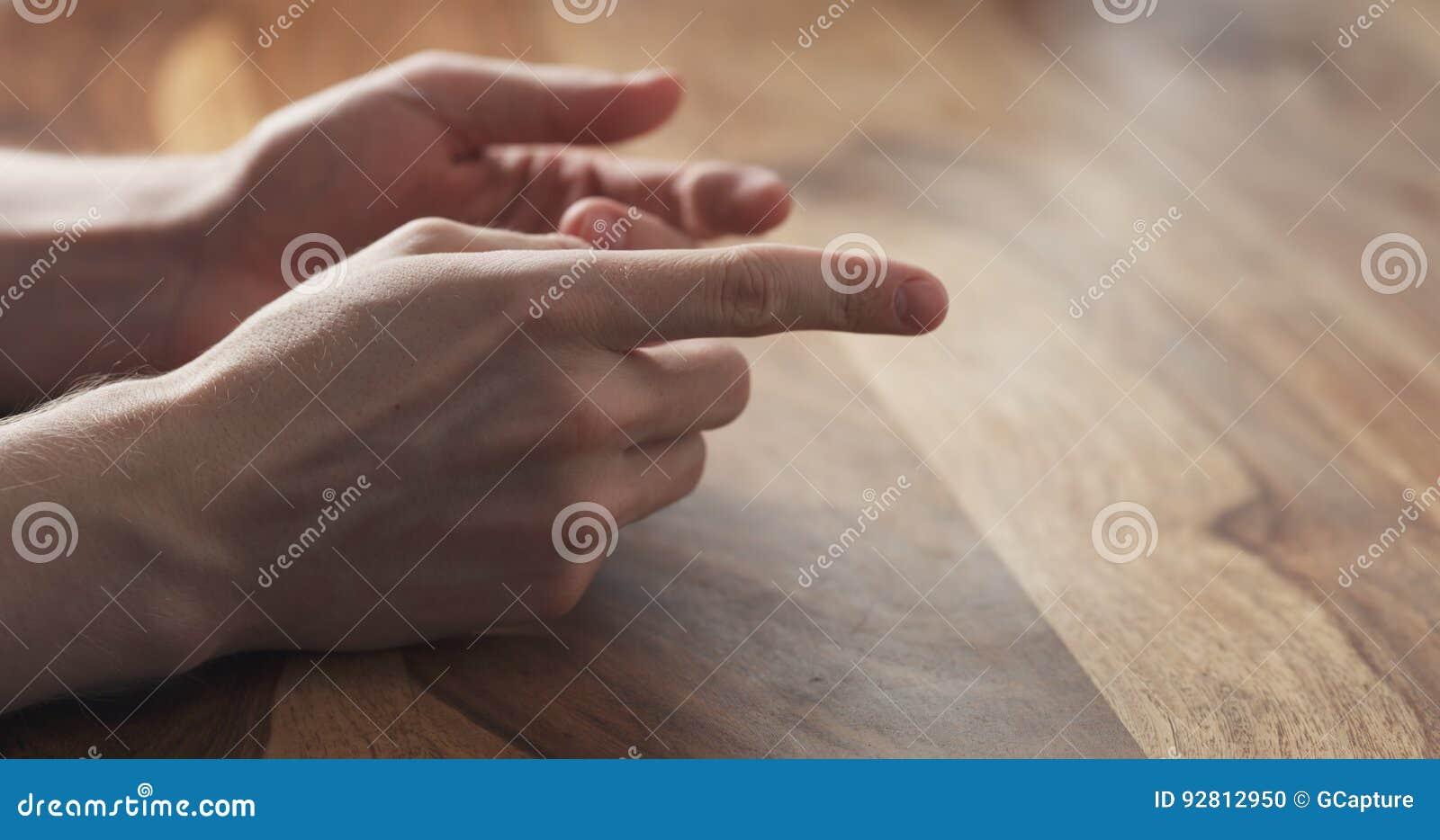 Primer de las sugerencias de los gestos de manos del hombre joven en la reunión