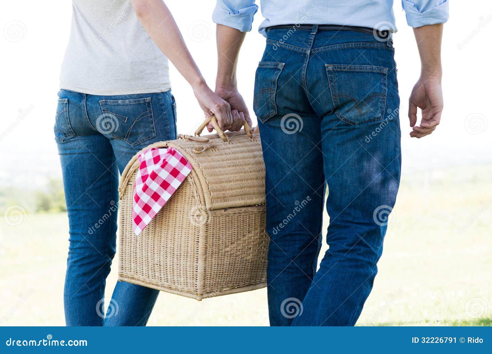 Primer de los pares que sostienen la cesta de la comida campestre
