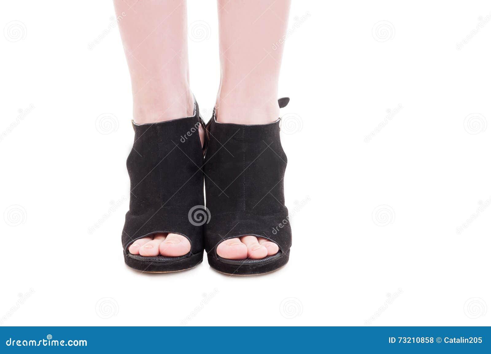 8fef7ed7 Primer de los pies de la mujer joven que llevan los zapatos de moda del  tacón