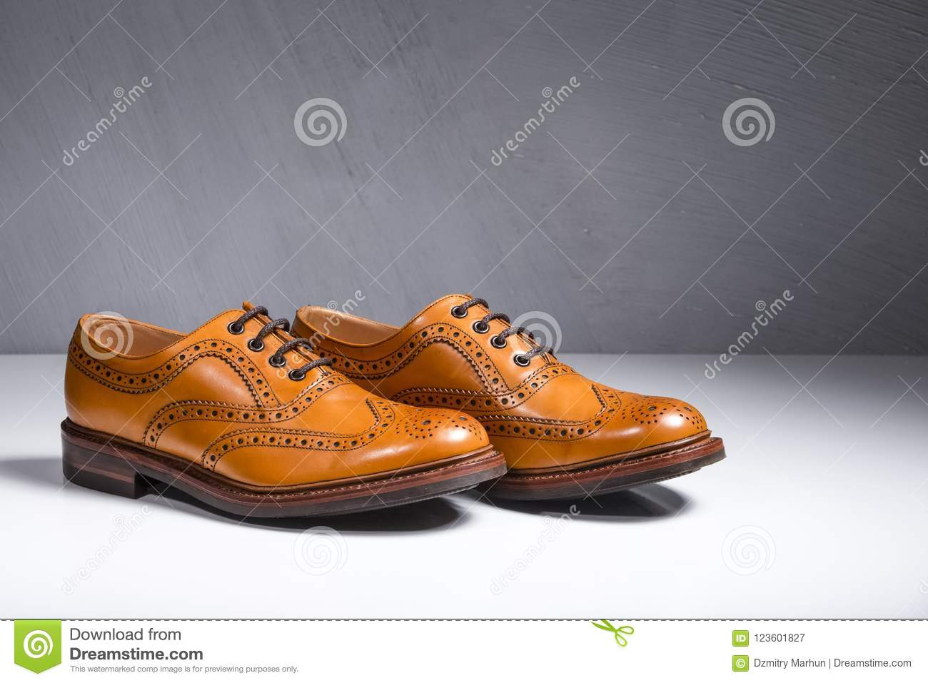 Primer de pares de Broggued lleno masculino de lujo Tan Leather Oxfords