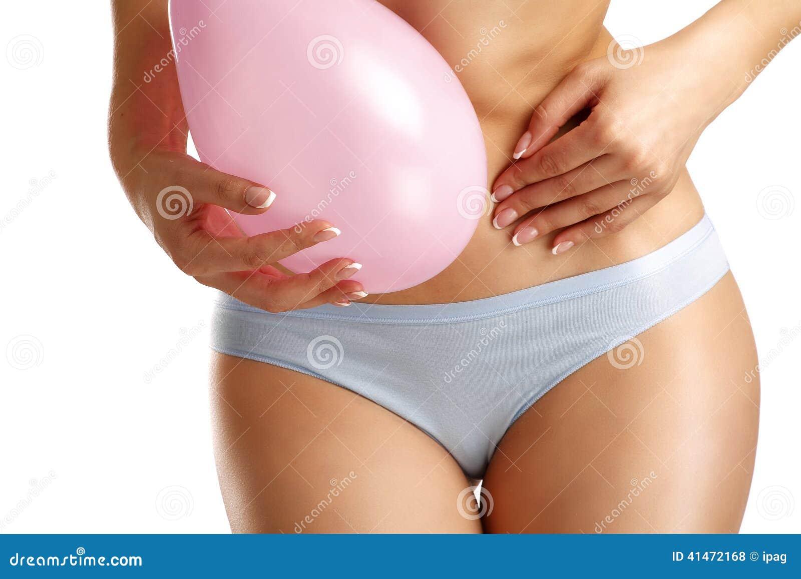 Primer de un símbolo del baloon del dolor de barriga de la sensación de la muchacha