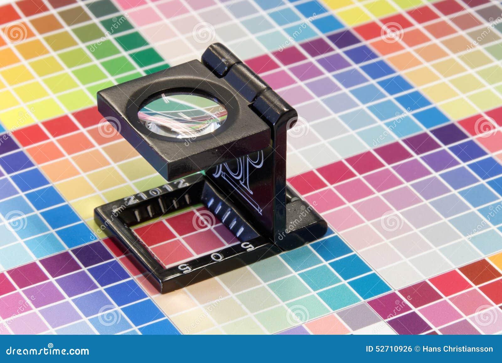 Primer De Una Lupa En Una Impresión De Prueba Colorida Foto de ...