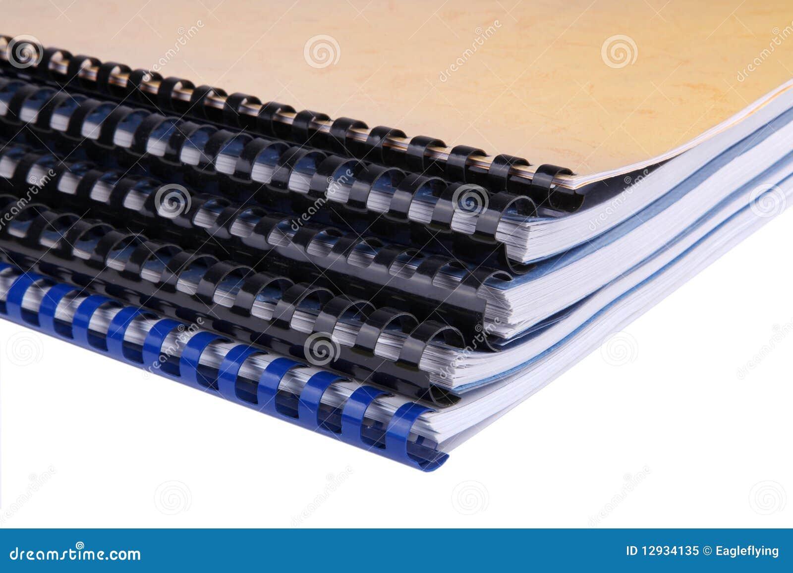 Primer de una pila de cuadernos espirales/de informes