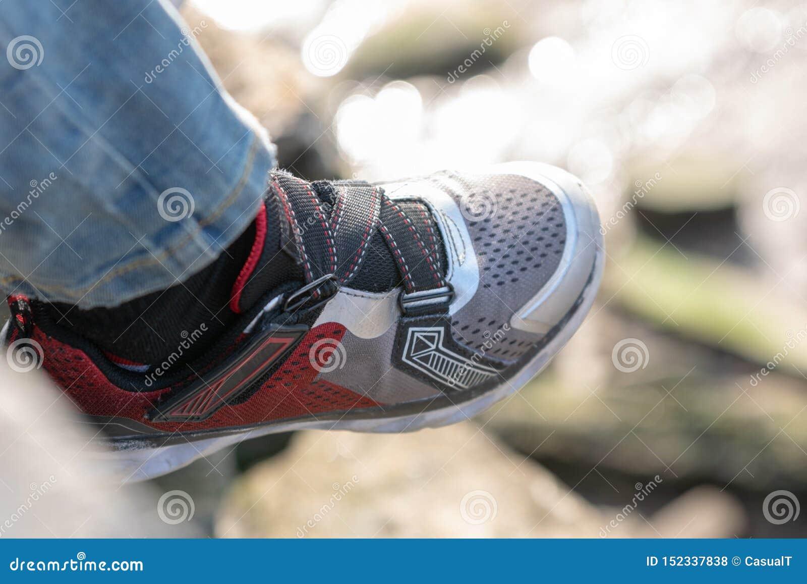 Primer de una zapatilla de deporte de los childs