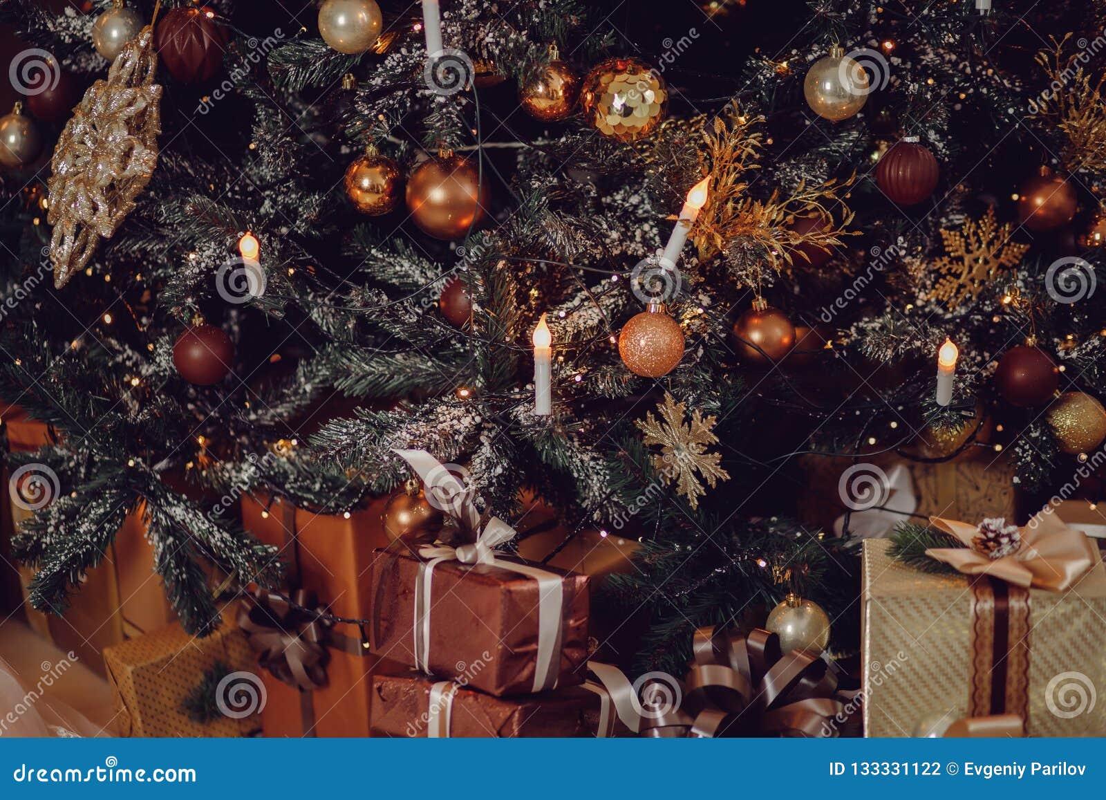 Primer del árbol de navidad en el marrón costoso hermoso de madera
