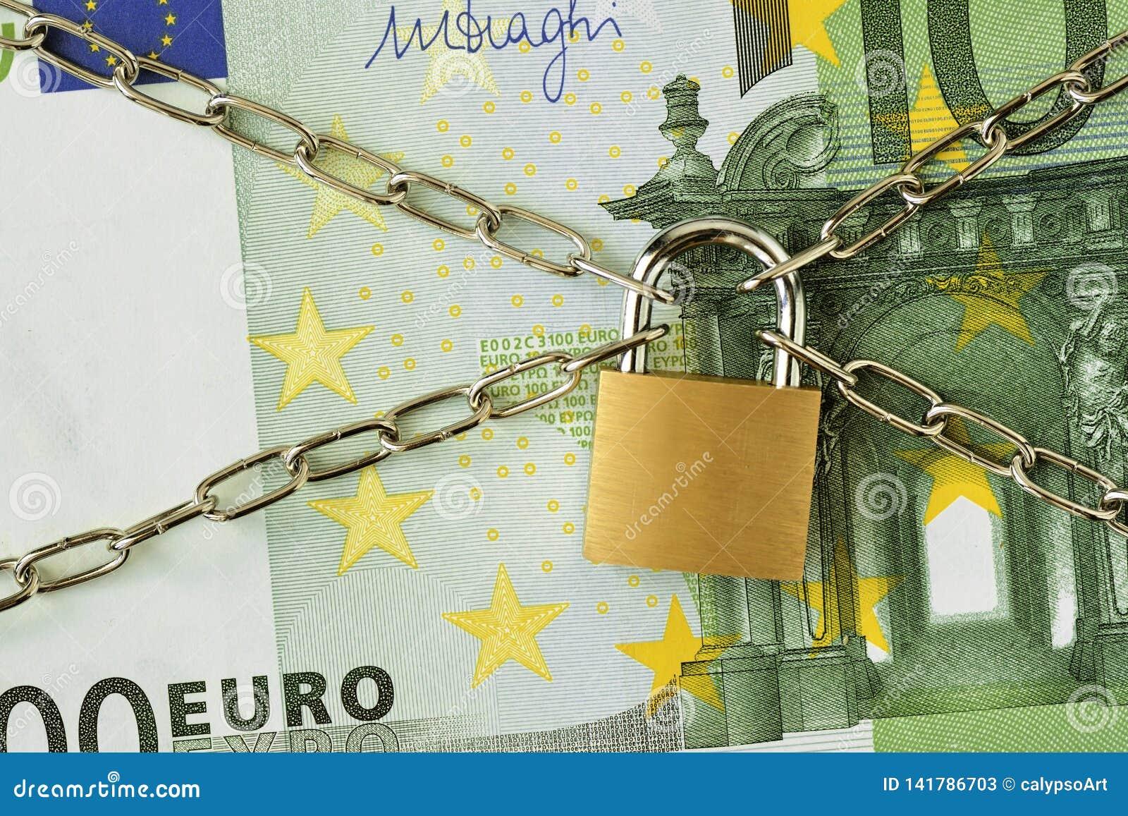 Primer del billete de banco del euro 100 cerrado con la cadena y el candado - concepto de seguro, fianza-en y de seguridad financ