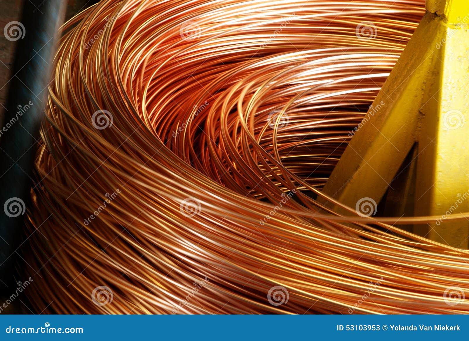 Primer del cable de cobre que es rodado para arriba