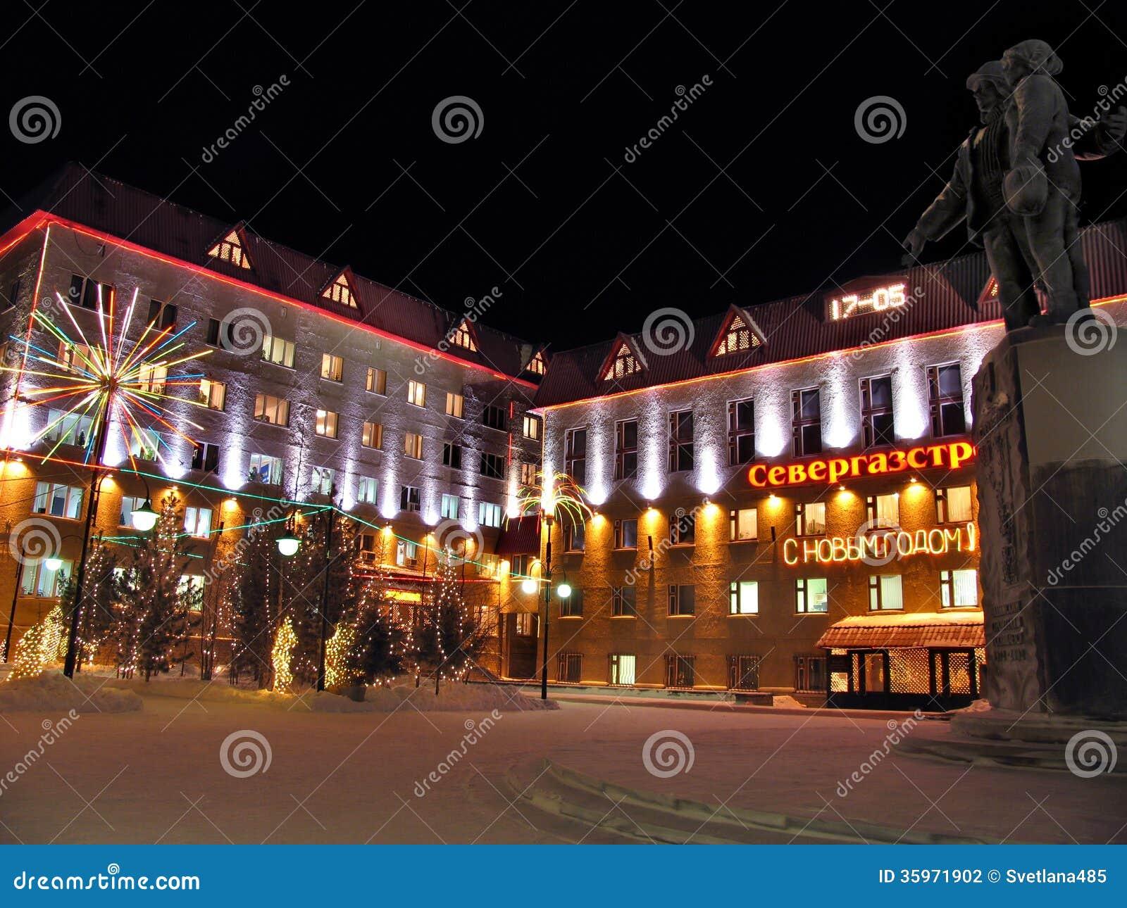 Primer del edificio de Gazprom. Decoraciones de la Navidad.