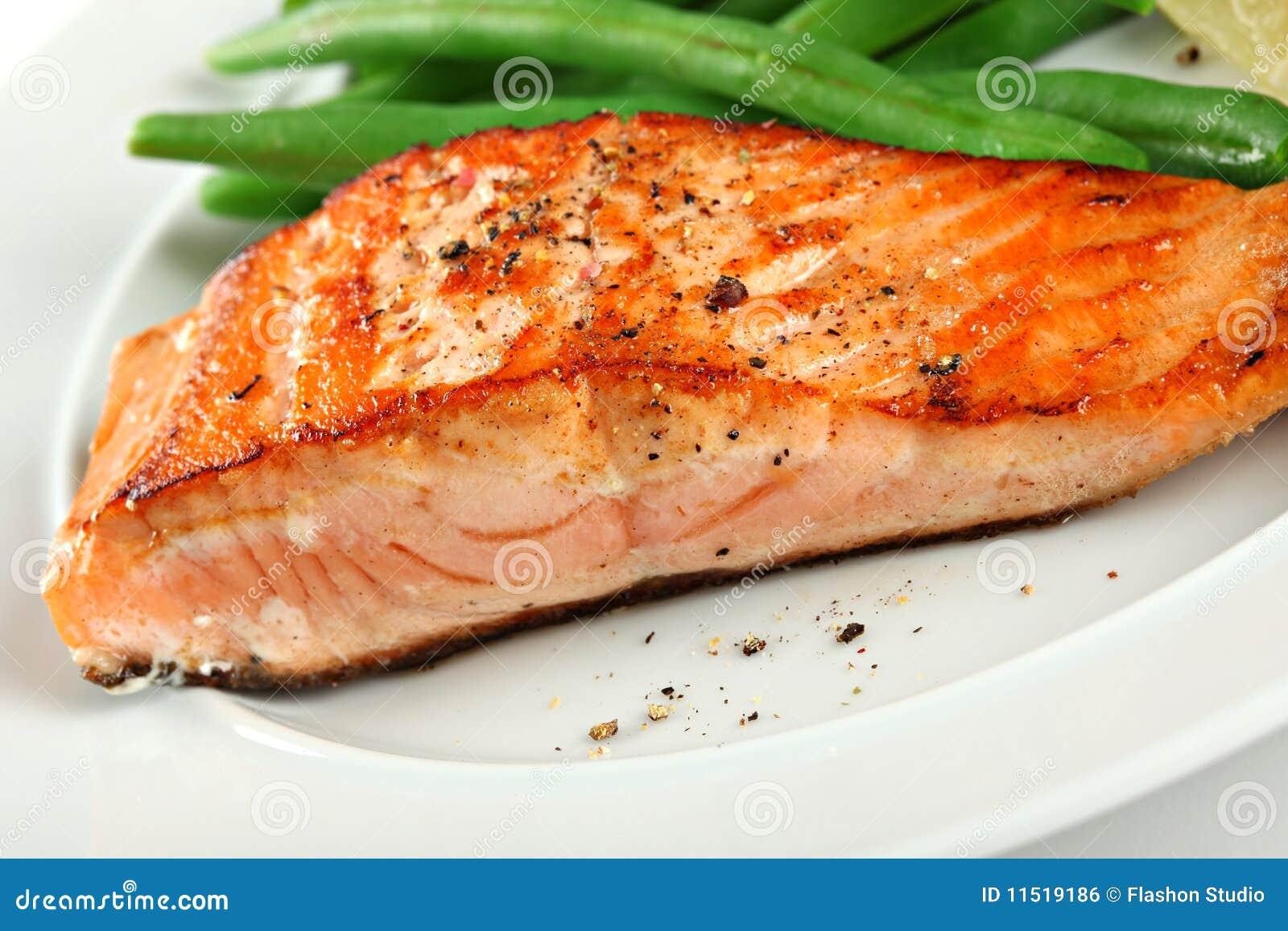 Primer del filete de color salmón asado a la parilla con las habas verdes