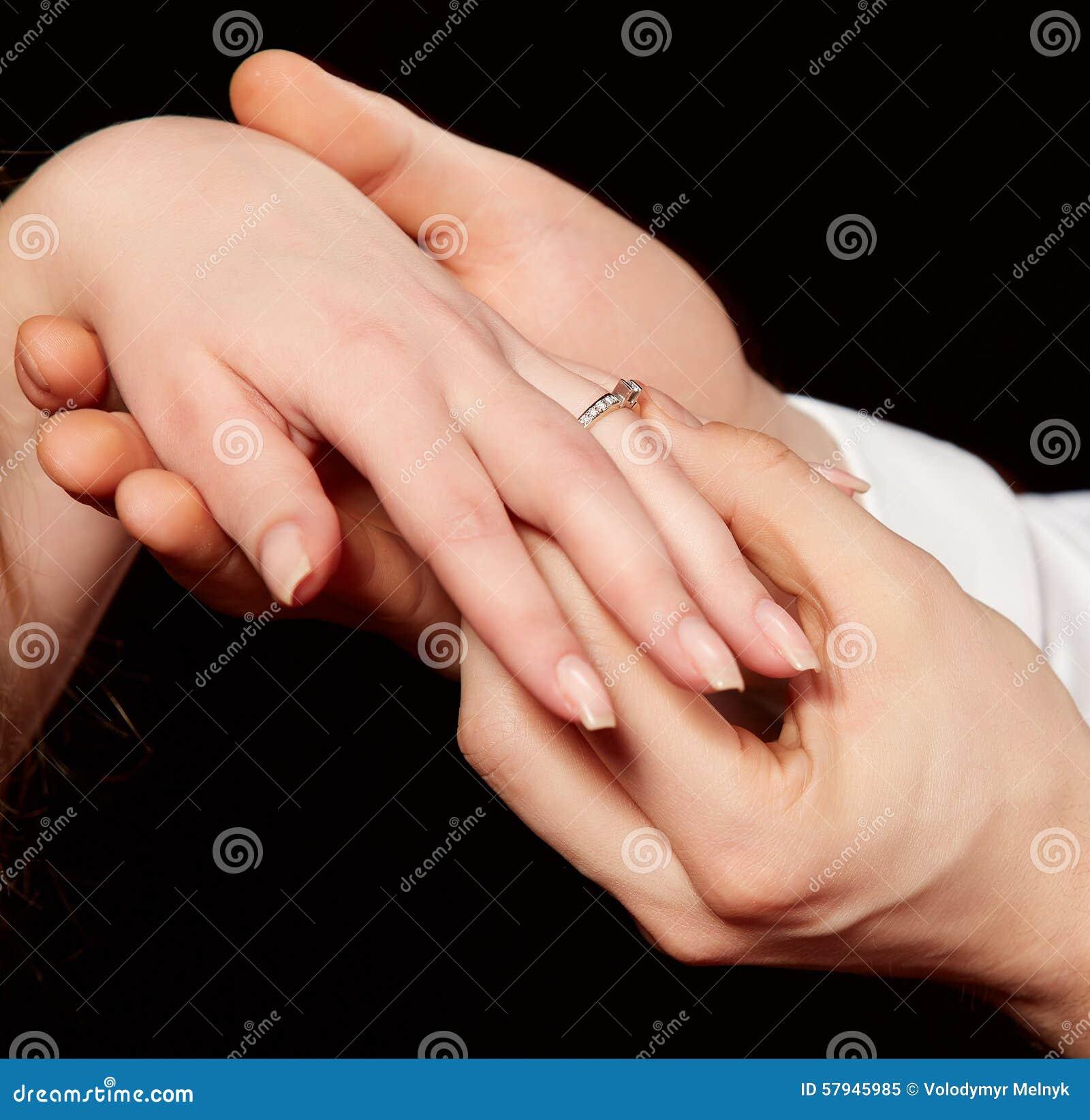 a7f562eaed07 Primer de los hombres que ponen el anillo de compromiso en el finger de la  mujer contra fondo negro