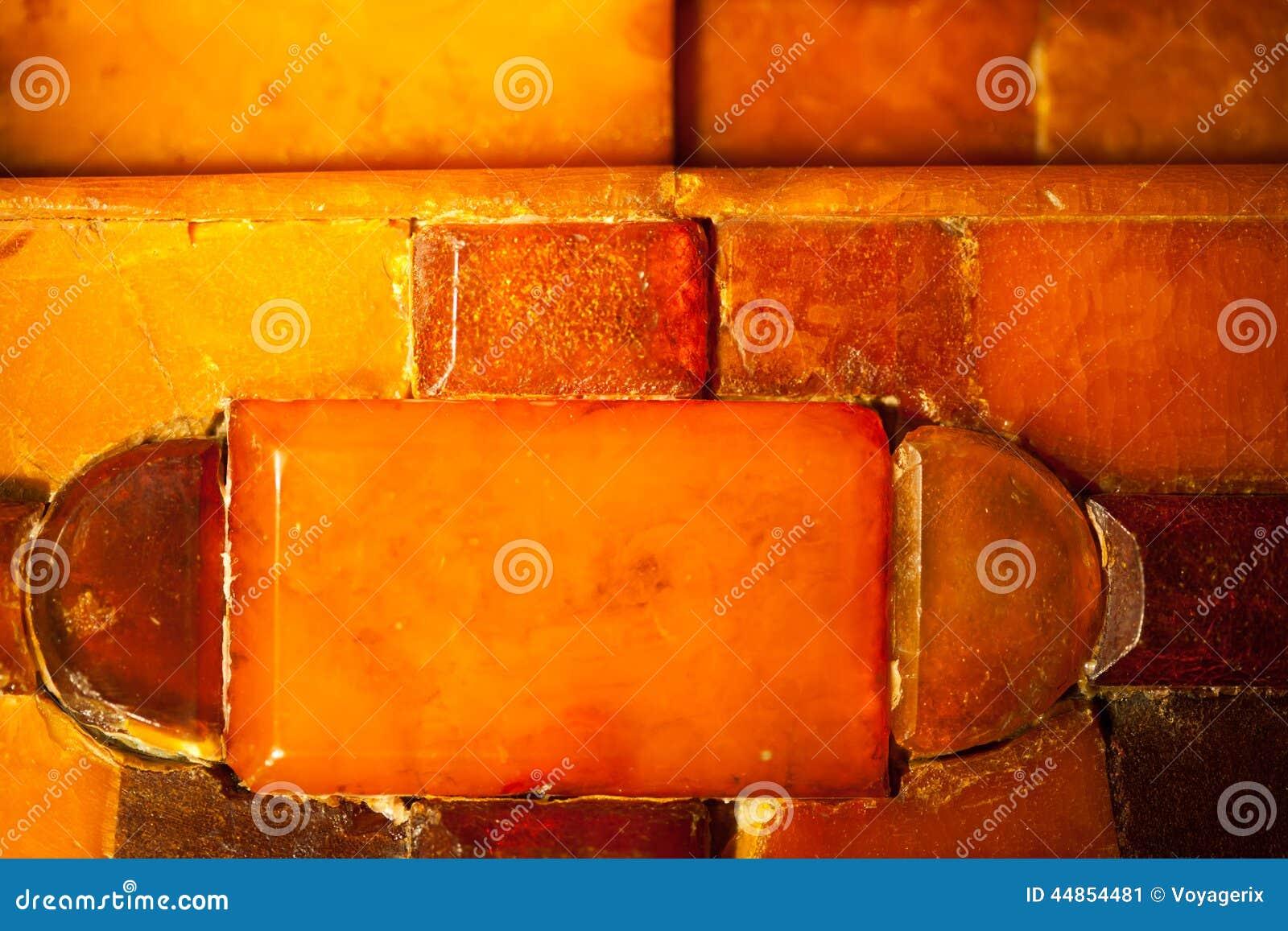Primer del mosaico ambarino de oro como fondo o textura gema