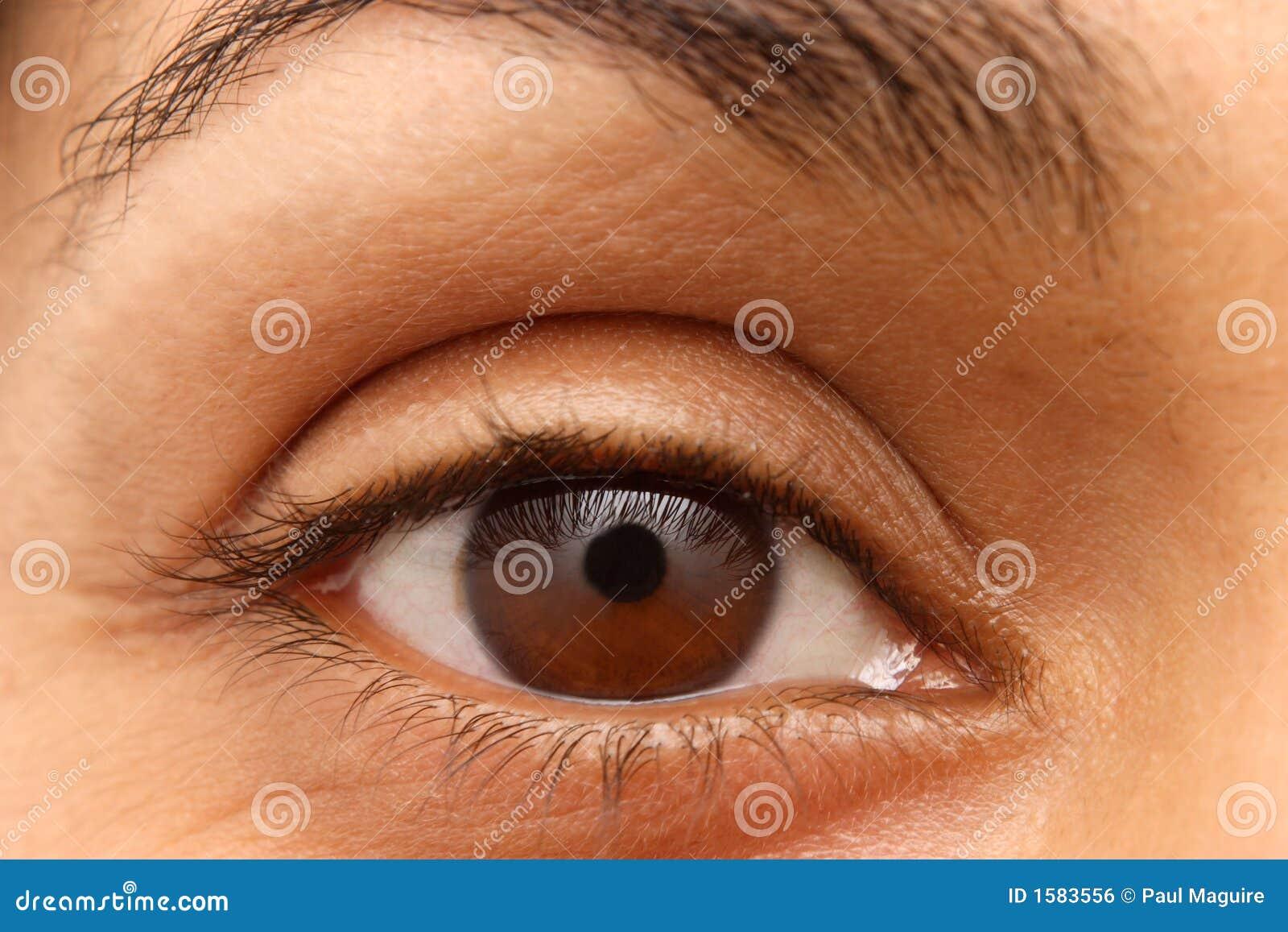 Primer del ojo de una mujer india