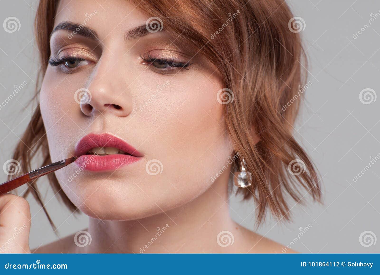 Primer del tutorial del maquillaje del labio Belleza de las mujeres