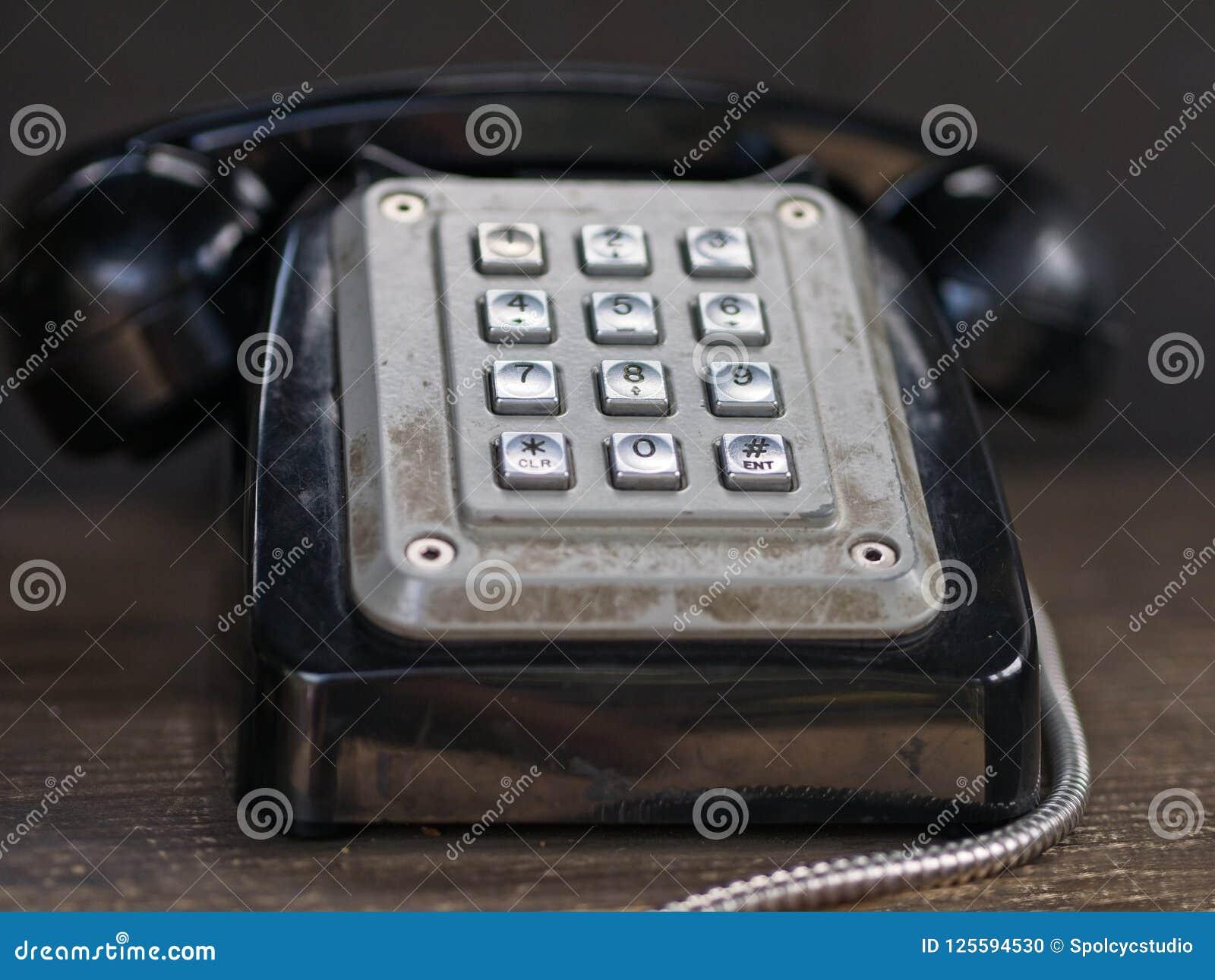 Primer del vintage/del teléfono negro retro con los botones del metal plateado