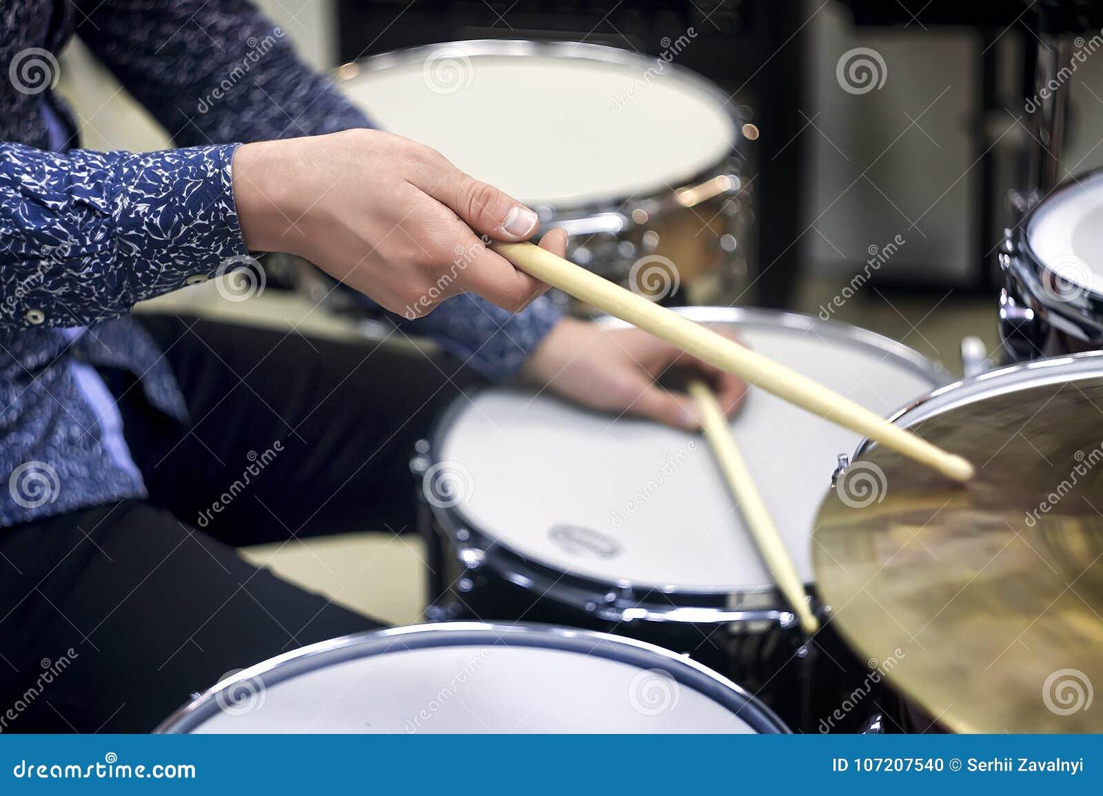 Primer determinado del tambor profesional Batería con los tambores, concierto de la música en directo