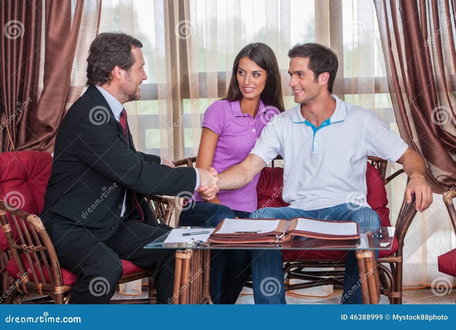 Primer en apretón de manos de dos mangos al acuerdo firmado
