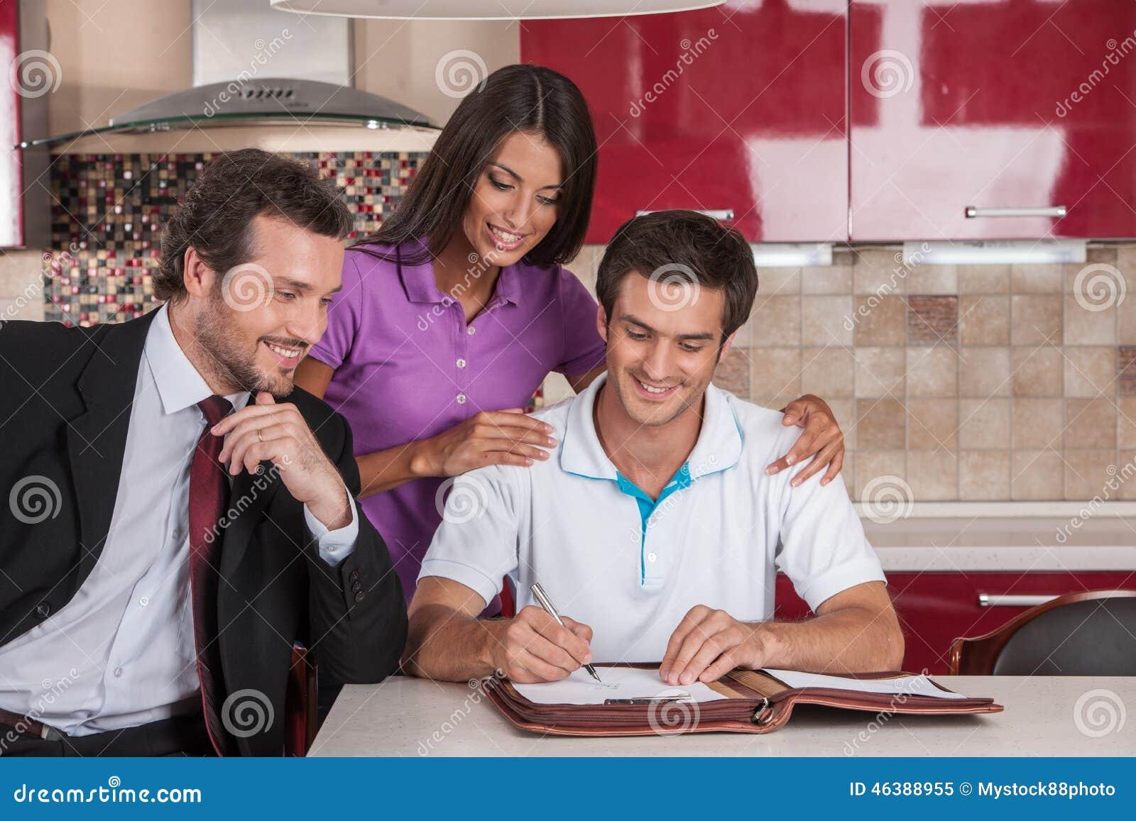 Primer en el acuerdo de firma del hombre feliz en nueva casa