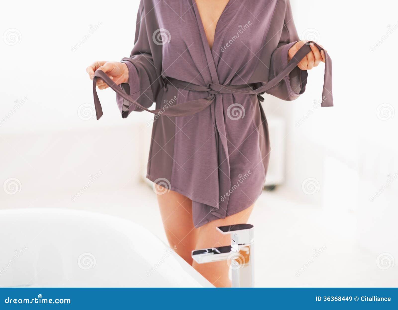 Imagenes De Tomar Un Baño: en la mujer joven en cuarto de baño que desnuda para tomar un baño