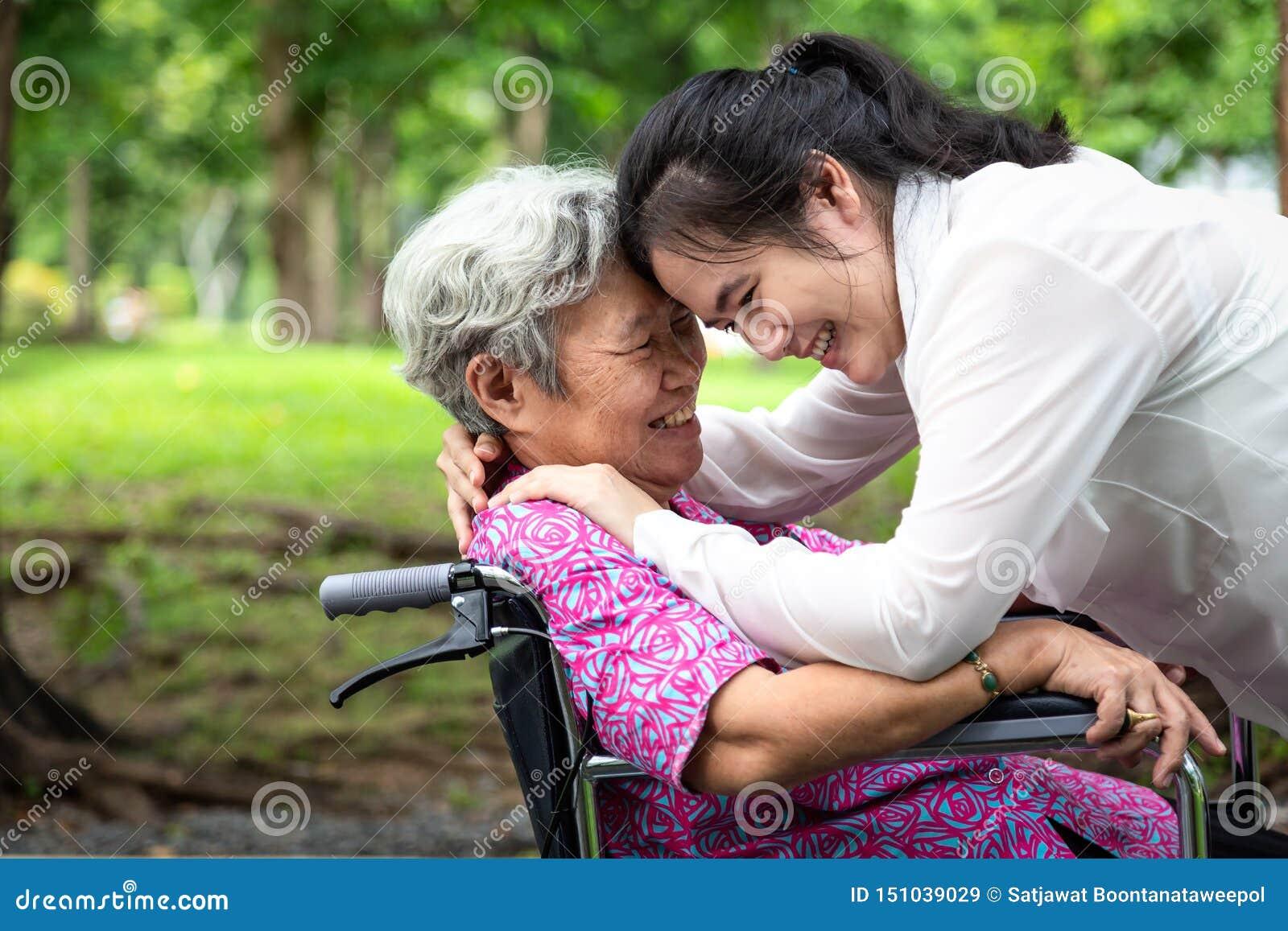 Primer, gente mayor del asiático hermoso feliz con el abrazo de la mujer adulta, sonriendo en verano, amor de la madre con su hij
