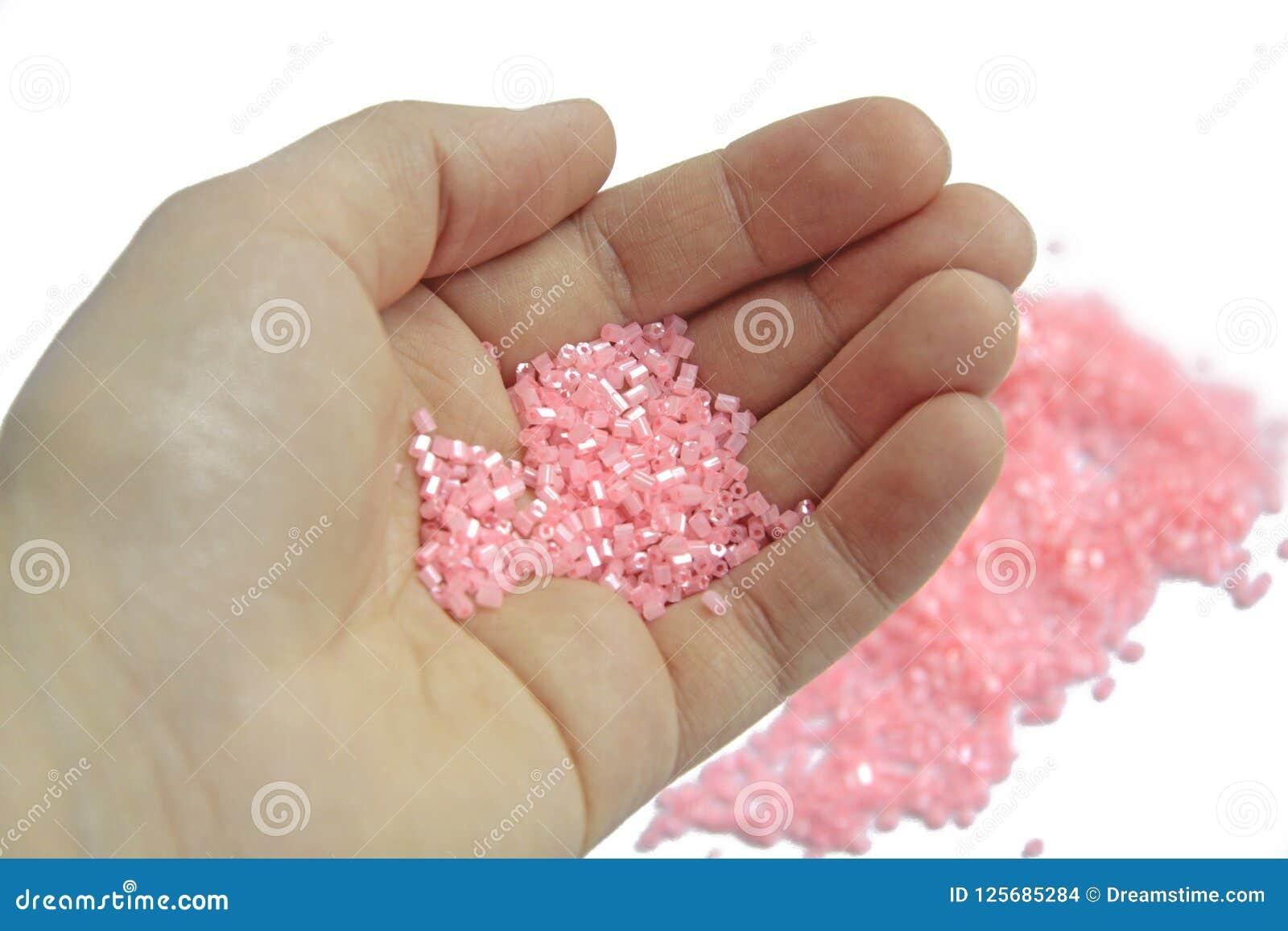 Primer, gotas rosadas en fondo aislado