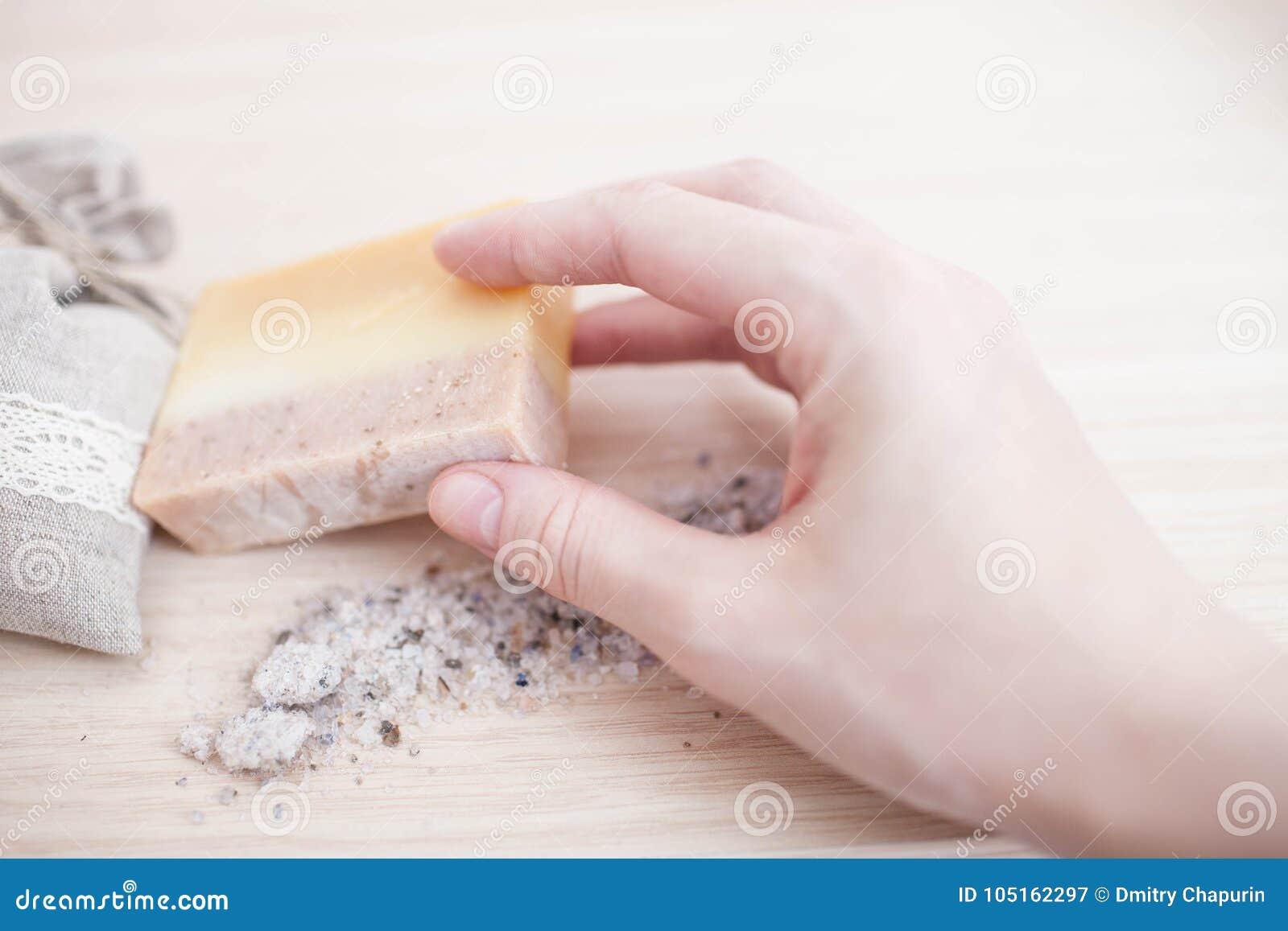 Primer hecho a mano del jabón de los aceites de oliva del balneario Fabricación de jabón orgánica El jabón barra el primer