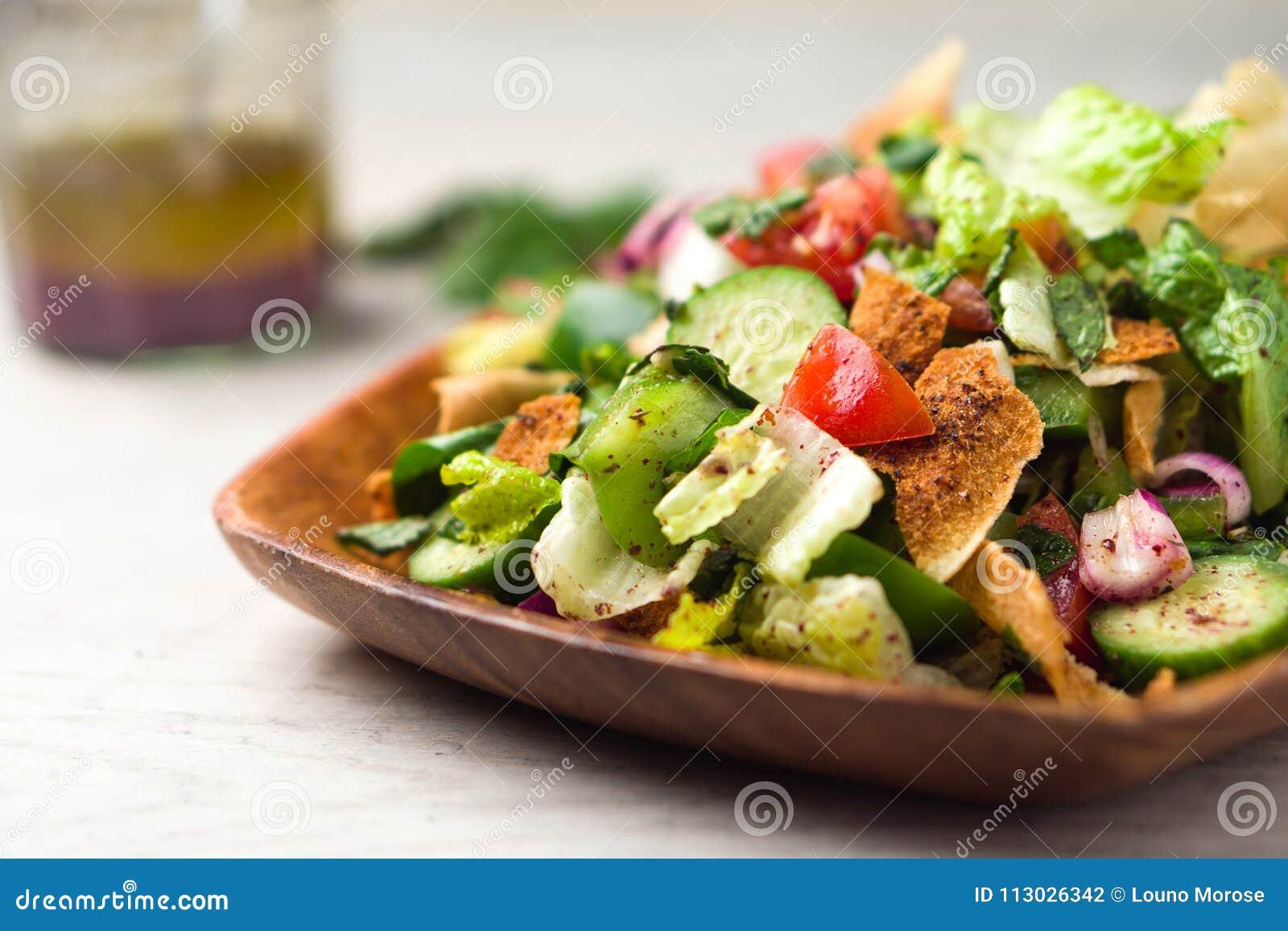 Primer sano de la ensalada del fattoush