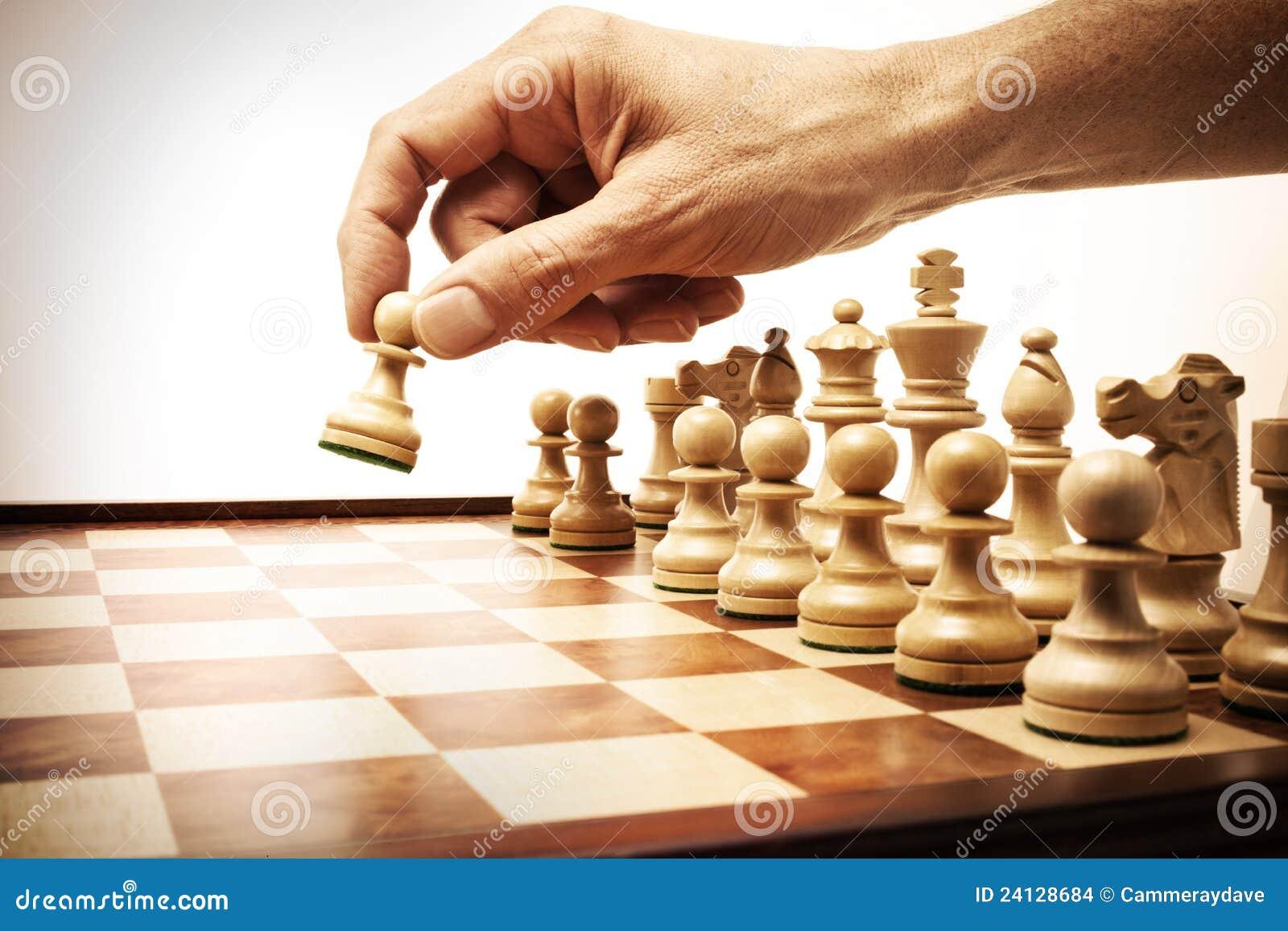 Primera mano del movimiento de ajedrez